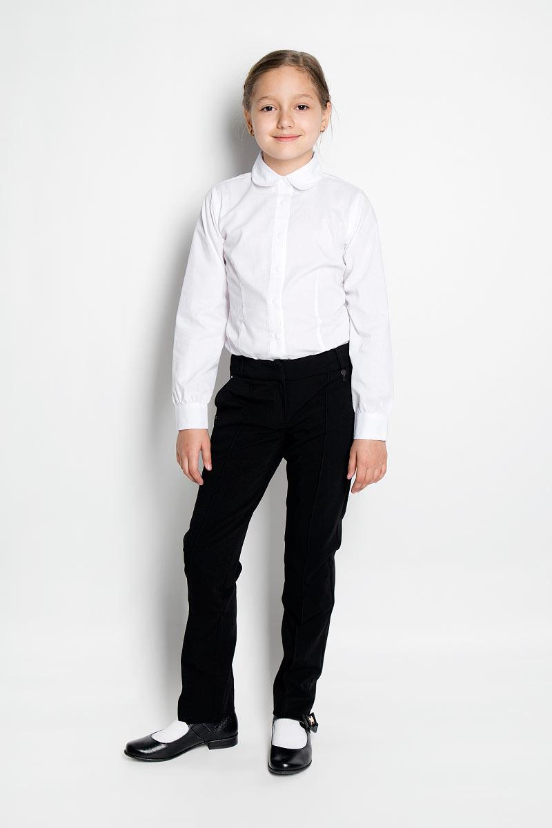SSG-57353_101Классические брюки для девочки Silver Spoon - основа повседневного школьного гардероба. Изготовленные из высококачественного материала с добавлением вискозы, они необычайно мягкие и приятные на ощупь, не сковывают движения и позволяют коже дышать, не раздражают даже самую нежную и чувствительную кожу ребенка, обеспечивая ему наибольший комфорт. На подкладке используется гладкая подкладочная ткань. Брюки прямого покроя со стрелками на талии застегиваются на брючные крючки и имеют ширинку на застежке-молнии, также имеются шлевки для ремня. С внутренней стороны пояс регулируется резинкой на пуговицах, создающей комфортную посадку изделия по фигуре. Спереди брюки дополнены двумя боковыми втачными карманами со скошенными краями, сзади - имитацией прорезных кармашков с клапанами. Украшены брючки металлическими клепками с крупными стразами и металлической подвеской с логотипом бренда. Являясь важным атрибутом школьной моды, классические брюки подчеркнут деловой имидж ученицы....