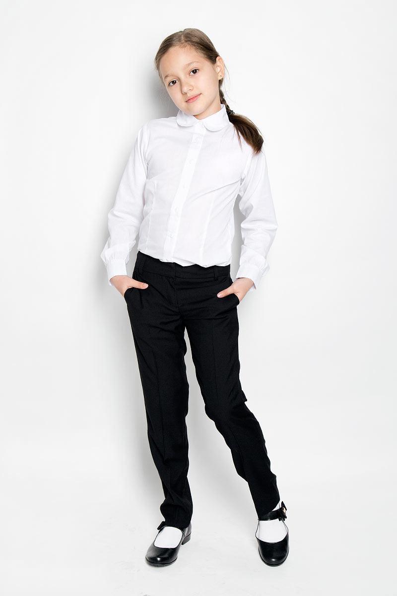 БрюкиSS-B-G-1105_003Классические брюки для девочки Silver Spoon - основа повседневного школьного гардероба. Изготовленные из высококачественного материала с добавлением вискозы, они необычайно мягкие и приятные на ощупь, не сковывают движения и позволяют коже дышать, не раздражают даже самую нежную и чувствительную кожу ребенка, обеспечивая ему наибольший комфорт. На подкладке используется гладкая подкладочная ткань. Брюки прямого покроя со стрелками на талии застегиваются на брючные крючки и имеют ширинку на застежке-молнии, также имеются шлевки для ремня. С внутренней стороны пояс регулируется резинкой на пуговицах, создающей комфортную посадку изделия по фигуре. Спереди брюки дополнены двумя боковыми втачными карманами со скошенными краями, сзади - имитацией прорезных кармашков. Являясь важным атрибутом школьной моды, классические брюки подчеркнут деловой имидж ученицы.