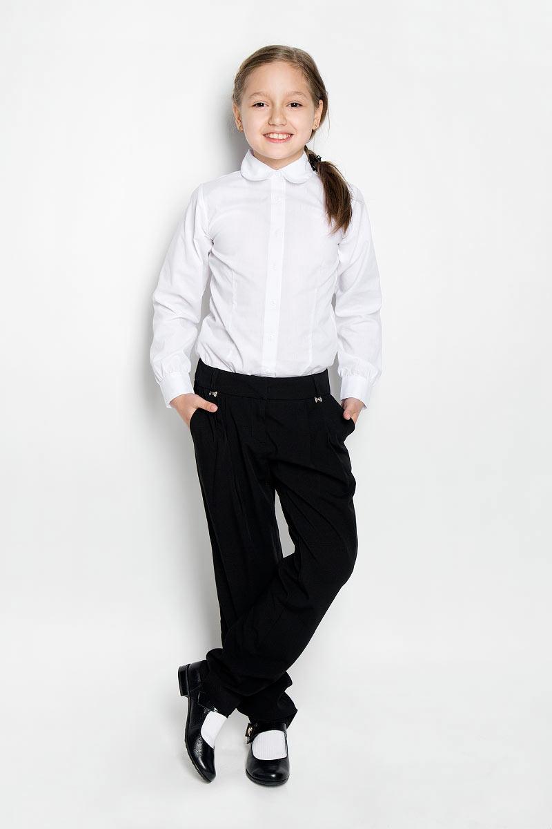 БрюкиSSG-57352-101Классические брюки для девочки Silver Spoon - основа повседневного школьного гардероба. Изготовленные из высококачественного материала с добавлением вискозы, они необычайно мягкие и приятные на ощупь, не сковывают движения и позволяют коже дышать, не раздражают даже самую нежную и чувствительную кожу ребенка, обеспечивая ему наибольший комфорт. На подкладке используется гладкая подкладочная ткань. Брюки прямого покроя на талии застегиваются на брючные крючки и имеют ширинку на застежке-молнии, также имеются шлевки для ремня. С внутренней стороны пояс регулируется резинкой на пуговицах, создающей комфортную посадку изделия по фигуре. Спереди брюки дополнены двумя боковыми втачными карманами со скошенными краями, сзади - имитацией прорезного кармашка. Украшены брючки небольшими декоративными элементами в виде бантиков со стразами. Спереди изделие оформлено складками, что придает изделию оригинальность. Являясь важным атрибутом школьной моды, классические брюки подчеркнут...