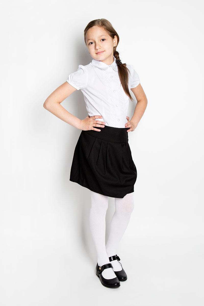 Блузка364045Элегантная блузка для девочки Scool идеально подойдет для школьной формы. Изготовленная из эластичного хлопка с добавлением полиэстера, она мягкая, легкая и приятная на ощупь, не сковывает движения и позволяет коже дышать, не раздражает даже самую нежную и чувствительную кожу ребенка, обеспечивая наибольший комфорт. Блузка приталенного силуэта с короткими рукавами-фонариками и отложным воротником застегивается на металлические пуговицы с пластиковым покрытием. Края рукавов присборены на эластичные резинки. Вдоль застежки модель оформлена кружевными вставками. Такая блузка - незаменимая вещь для школьной формы, отлично сочетается с юбками, брюками и сарафанами.