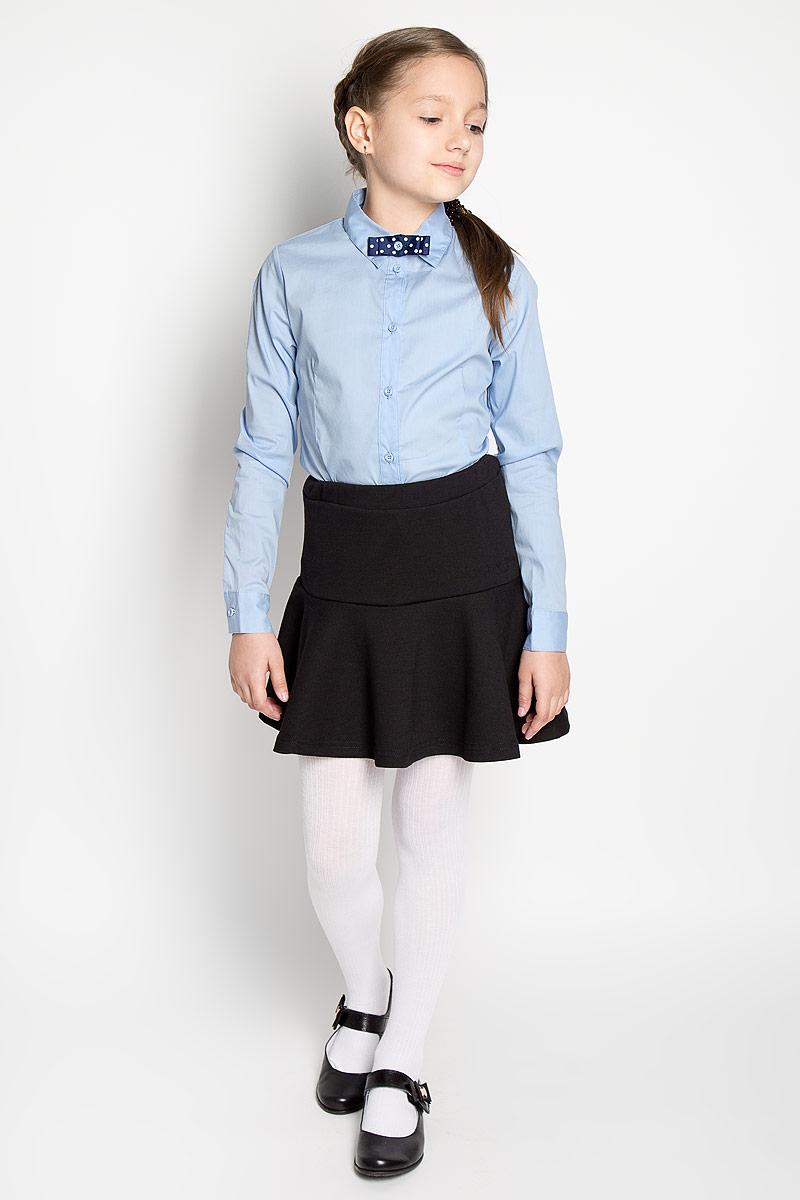 Блуза для девочки. 215BBGS22215BBGS2204Стильная блуза для девочки Button Blue идеально подойдет для школы. Изготовленная из хлопка с добавлением нейлона и эластана, она необычайно мягкая и приятная на ощупь, не сковывает движения и позволяет коже дышать, не раздражает даже самую нежную и чувствительную кожу ребенка, обеспечивая ему наибольший комфорт. Блузка приталенного кроя с длинными рукавами и отложным воротничком застегивается на пуговички. Низ модели по бокам закруглен. Рукава дополнены широкими манжетами на пуговицах. На груди модель украшена оригинальным бантиком, оформленным гороховым принтом, который пристегивается на пуговицу. Правый рукав оформлен небольшой вышивкой с названием бренда. Такая блуза - незаменимая вещь для школьной формы, отлично сочетается с юбками, брюками и сарафанами.