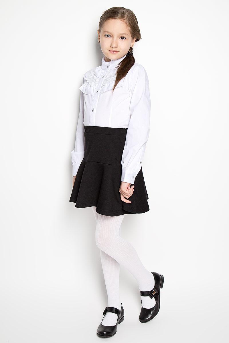 Блузка для девочки. 364039364039Блузка для девочки Scool изготовлена из эластичного хлопка с добавлением полиэстера. Изделие не сковывает движения и хорошо пропускает воздух, обеспечивая наибольший комфорт. Блузка с воротником-стойкой и длинными рукавами застегивается на пуговицы по всей длине. На рукавах предусмотрены манжеты с застежками-пуговицами. Модель украшена оборками, одна из которых выполнена из кружевной ткани. Блузка станет стильным дополнением к школьному гардеробу. Модель отлично сочетается с юбками и брюками.