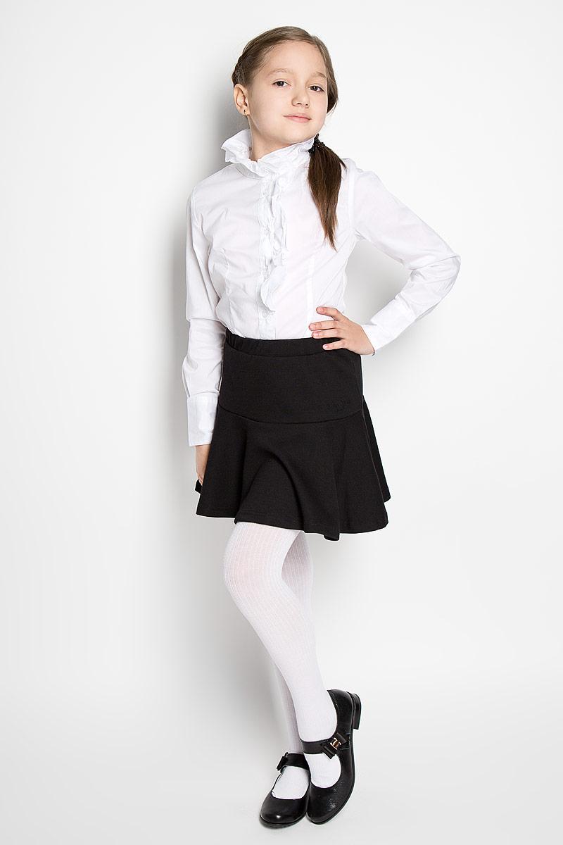 21602GSC2215Элегантная блузка для девочки Gulliver Осенняя прогулка, выполненная из эластичного хлопка с добавлением нейлона, станет отличным дополнением к школьному гардеробу. Прекрасный состав ткани делает блузку мягкой и пластичной, а также обеспечивает отличную посадку изделия на фигуре. Блузка с воротником-стойкой и длинными рукавами застегивается на пуговицы по всей длине. На рукавах предусмотрены широкие манжеты с застежками-пуговицами. Воротник и планку украшает двойная объемная рюша асимметричного кроя. Школьная блузка играет важную роль в образе ученицы, она отлично сочетается с юбками и брюками.