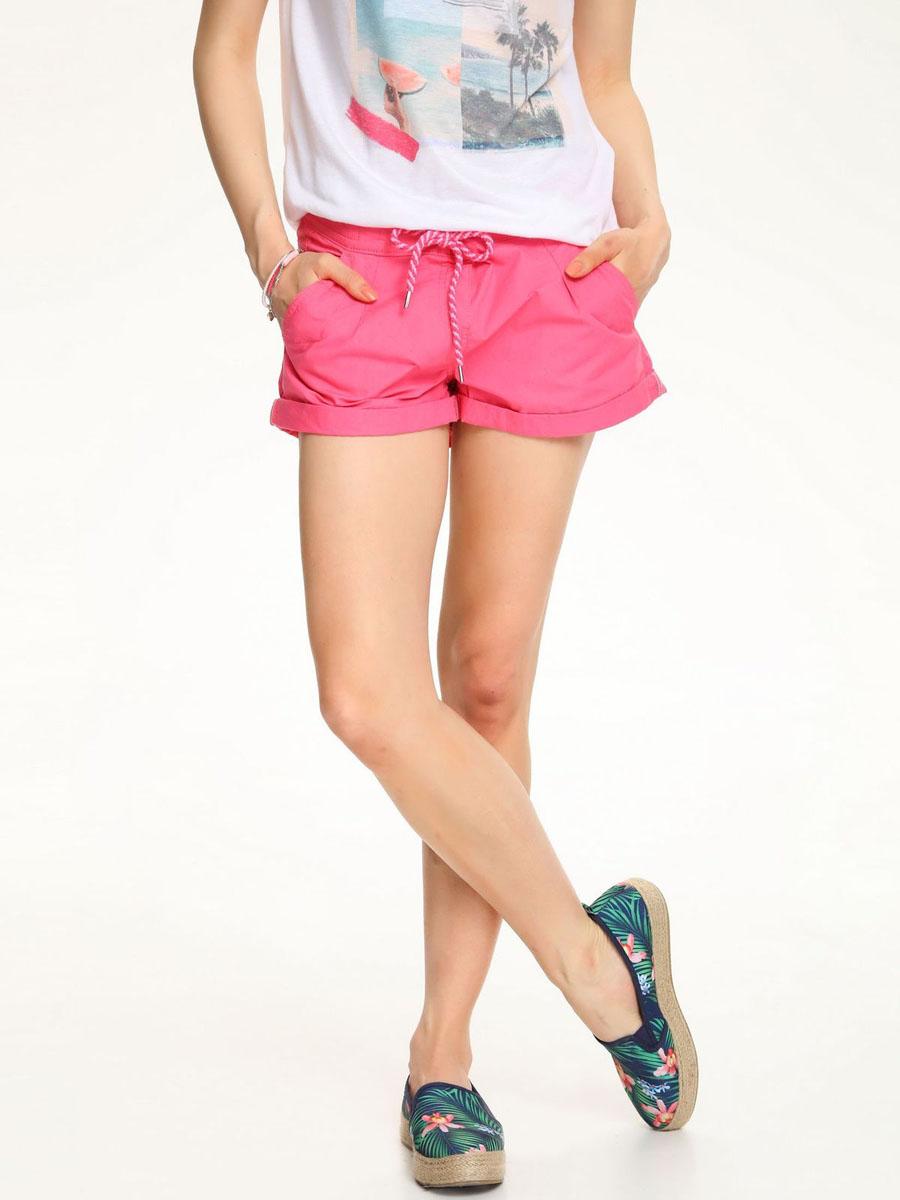 ШортыTSZ0174ROСтильные женские шорты Troll выполнены из 100% хлопка. Модель стандартной посадки в поясе оформлена эластичной резинкой и дополнена шнурками. Спереди шорты оформлены втачными карманами и одним маленьким накладным, а сзади декорирована имитация двух карманов.