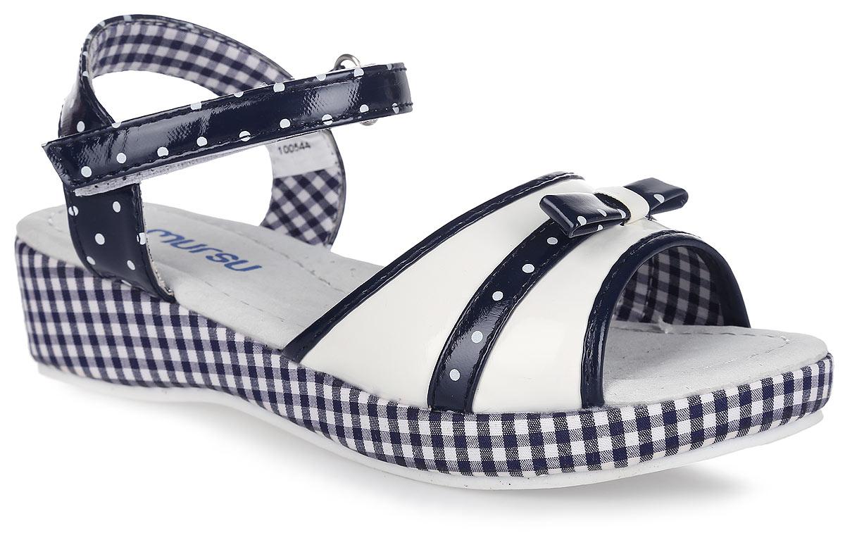 100544Очаровательные босоножки на невысокой танкетке от Mursu придутся по душе вашей маленькой моднице и идеально подойдут для повседневной носки в летнюю погоду! Модель с открытой пяткой изготовлена из искусственной лакированной кожи. Ремешок на застежке-липучке с дополнительной поддержкой пяточной части надежно зафиксируют обувь на ножке ребенка. Нижний ремешок украшен контрастными окантовкой и вставкой в принтом в горох, дополненной милым бантиком, верхний - принтом в горох. Внутренняя часть, изготовленная из текстиля, предотвратит натирание. Стелька из натуральной кожи дополнена супинатором, который обеспечивает правильное положение ноги ребенка при ходьбе и предотвращает плоскостопие. Танкетка, оформленная текстильным материалом с принтом в клетку, устойчива. Максимально комфортная подошва обеспечивает отличное сцепление с поверхностью. Стильные босоножки - незаменимая вещь в гардеробе каждой девочки!