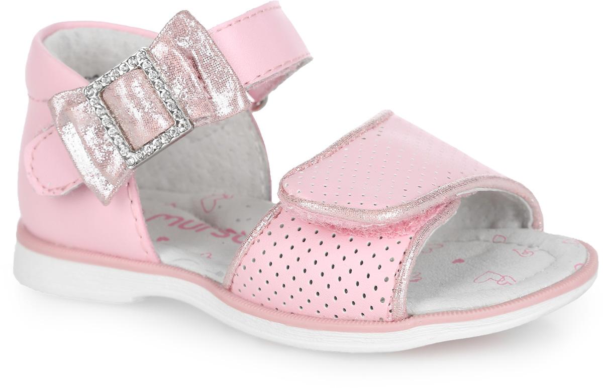 100431Очаровательные босоножки от Mursu придутся по душе вашей маленькой моднице и идеально подойдут для повседневной носки в летнюю погоду! Модель с закрытой пяткой изготовлена из натуральной кожи. Ремешки с застежками-липучками надежно зафиксируют обувь на ножке ребенка. Нижний ремешок оформлен перфорацией и окантовкой с блестящей поверхностью, верхний - милым бантиком с блестящей поверхностью, украшенным металлической пряжкой со стразами. Внутренняя поверхность и стелька, изготовленные из натуральной кожи, предотвратят натирание. Стелька дополнена супинатором, который обеспечивает правильное положение ноги ребенка при ходьбе и предотвращает плоскостопие. Максимально комфортная подошва обеспечивает отличное сцепление с поверхностью. Стильные босоножки - незаменимая вещь в гардеробе каждой девочки!