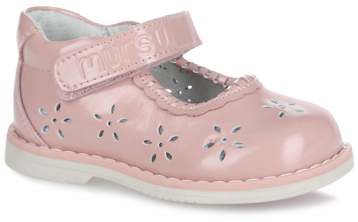 Туфли для девочки. 10042100428Модные туфли от Mursu помогут вашей девочке создать обворожительный образ. Модель выполнена из натуральной лакированной кожи и декорирована по верху перфорацией в виде цветов, в области подъема - оригинальной окантовкой, вдоль ранта - крупной прострочкой. Внутренняя поверхность из натуральной кожи не натирает. Стелька из материала ЭВА с поверхностью из натуральной кожи дополнена супинатором, который обеспечивает правильное положение ноги ребенка при ходьбе, предотвращает плоскостопие. Ремешок на застежке-липучке, оформленный фирменным тиснением, надежно зафиксирует обувь на стопе. Максимально комфортная подошва обеспечивает отличное сцепление с поверхностью. Стильные туфли придутся по душе вашей малышке.