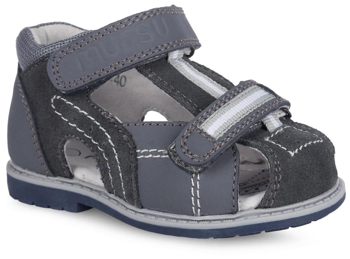Сандалии для мальчика. 100439/100440100439Модные сандалии от Mursu придутся по душе вашему мальчику. Модель, изготовленная из натуральной кожи и текстиля, оформлена контрастной прострочкой, на мысе - декоративной перфорацией, на подъеме и на нижнем ремешке - декоративной тесьмой, на верхнем ремешке - фирменным тиснением. Ремешки с застежками-липучками обеспечивают надежную фиксацию модели на ноге. Внутренняя поверхность из натуральной кожи не натирает. Стелька из натуральной кожи дополнена супинатором, который обеспечивает правильное положение стопы ребенка при ходьбе и предотвращает плоскостопие. Широкий, устойчивый каблук продлен с внутренней стороны до середины стопы, чтобы исключить вращение (заваливание) стопы вовнутрь. Подошва с рифлением обеспечивает сцепление с любой поверхностью. Стильные сандалии - незаменимая вещь в гардеробе каждого мальчика!