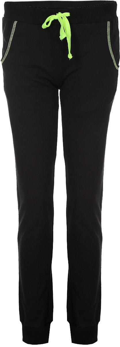 RAV02-012Удобные женские спортивные брюки RAV великолепно подойдут для отдыха и повседневной носки, а также для занятий спортом. Модель средней посадки изготовлена из хлопка, благодаря чему великолепно пропускает воздух, обладает высокой гигроскопичностью и превосходно сидит, а также отводит влагу от кожи, обеспечивая комфорт во время тренировок. Изнаночная сторона выполнена с небольшими петельками. Брюки имеют широкую эластичную резинку на поясе, объем талии регулируется при помощи шнурка контрастного цвета. Изделие дополнено втачными карманами с закруглёнными срезами, обработанными контрастной отстрочкой. Низ брючин с широкими трикотажными манжетами. Эти модные и в то же время удобные брюки - настоящее воплощение комфорта. В них вы всегда будете чувствовать себя уверенно и уютно.