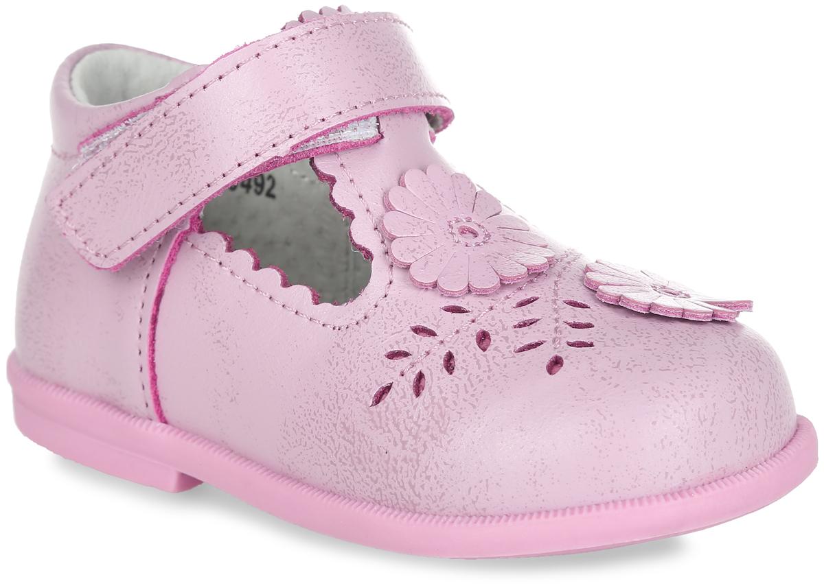 100492Прелестные туфли от Mursu придутся по душе вашей юной моднице! Модель, изготовленная из натуральной кожи, оформлена декоративной перфорацией и нашивками в виде цветов. Ремешок с застежкой-липучкой отвечает за надежную фиксацию модели на ноге. Внутренняя поверхность из натуральной кожи не натирает. Стелька из материала ЭВА с поверхностью из натуральной кожи дополнена супинатором, который обеспечивает правильное положение ноги ребенка при ходьбе, предотвращает плоскостопие. Широкий, устойчивый каблук продлен с внутренней стороны до середины стопы, чтобы исключить вращение (заваливание) стопы вовнутрь. Подошва с рифлением обеспечивает идеальное сцепление с любыми поверхностями. Стильные туфли - незаменимая вещь в гардеробе каждой девочки.