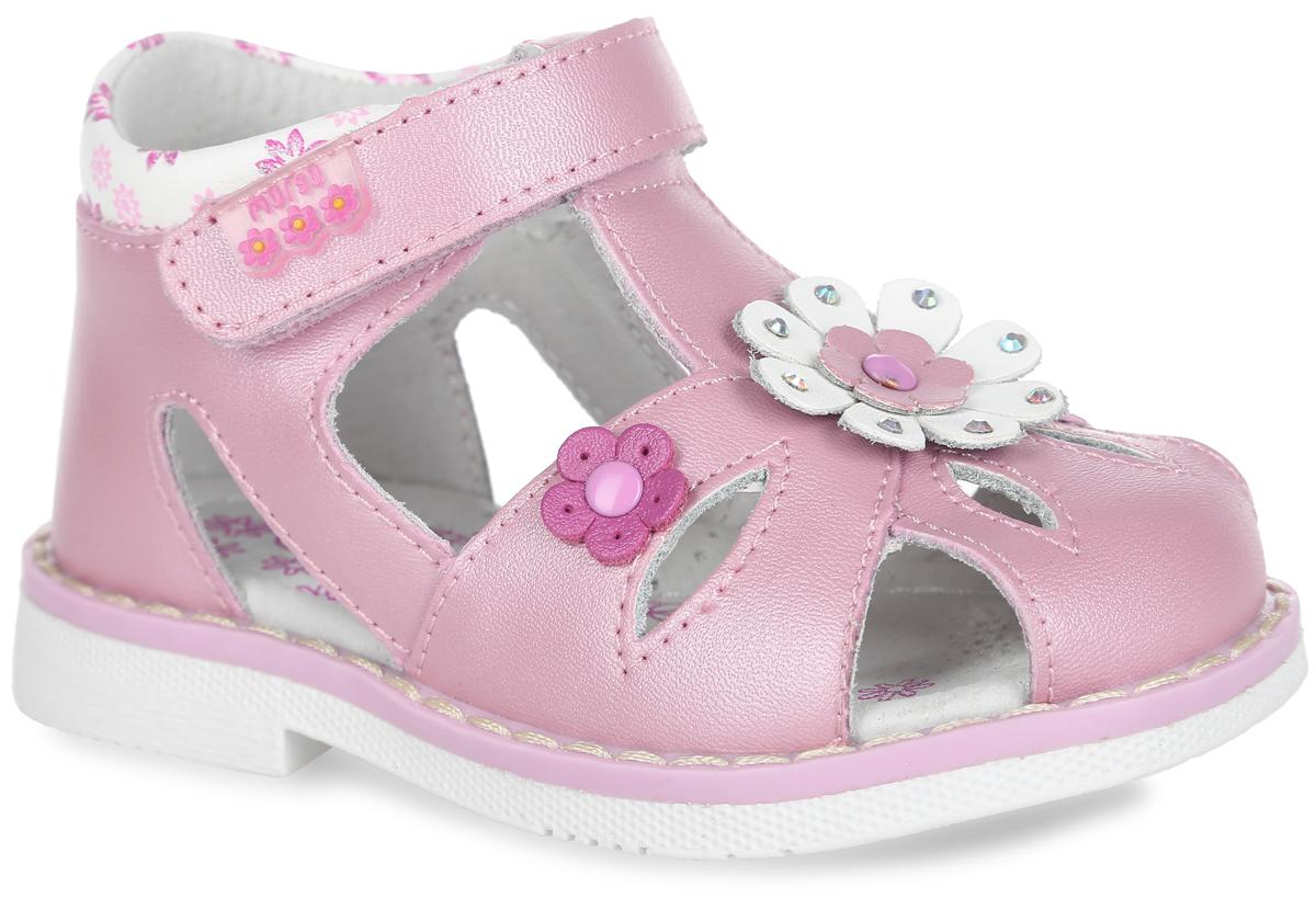 Сандалии для девочки. 10016100163Прелестные сандалии от Mursu придутся по душе вашей маленькой моднице и идеально подойдут для повседневной носки в летнюю погоду! Модель изготовлена полностью из натуральной кожи. Верхний ремешок дополнен вставкой из ПВХ с логотипом бренда, кант - цветочным принтом, передняя и боковые части обуви - резными узорами, подъем - цветочными аппликациями, одна из которых усеяна стразами. Внутренняя часть и стелька, изготовленные из натуральной кожи, предотвратят натирание и гарантируют уют. Стелька дополнена супинатором, который обеспечивает правильное положение ноги ребенка при ходьбе и предотвращает плоскостопие. Ремешок на застежке- липучке надежно зафиксирует модель на ноге ребенка. Максимально комфортная подошва обеспечивает отличное сцепление с поверхностью. Стильные сандалии - незаменимая вещь в гардеробе каждой девочки!