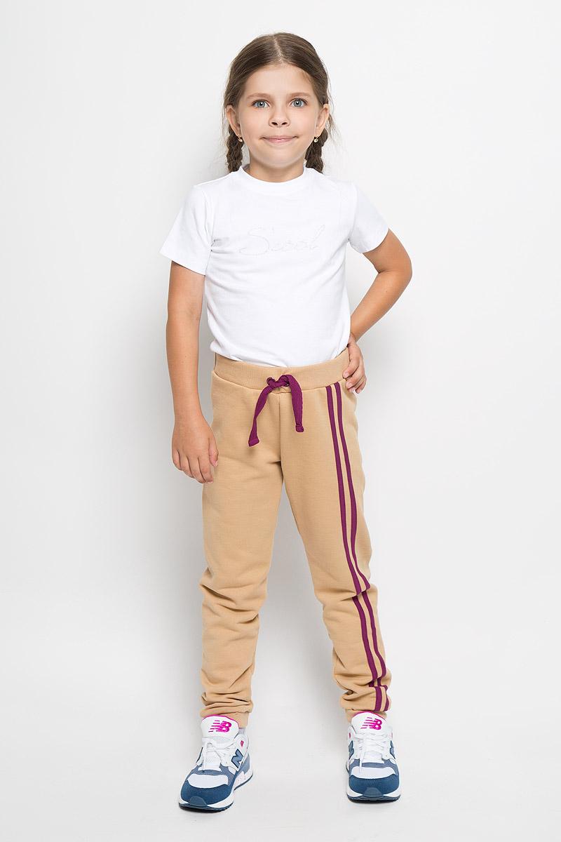 Брюки спортивные15-403Спортивные брюки для девочки Ёмаё идеально подойдут вашей маленькой моднице для отдыха, прогулок и занятий спортом. Изготовленные из натурального хлопка, они мягкие и приятные на ощупь, не сковывают движения и хорошо пропускают воздух, не раздражают нежную кожу ребенка. Лицевая сторона изделия гладкая, а изнаночная - с небольшими петельками. Модель имеет на поясе широкую эластичную резинку, благодаря чему брюки не сдавливают животик ребенка. Низ брючин дополнен трикотажными манжетами. Брюки оформлены контрастными лампасами. Сзади изделие украшено принтом с изображением кармана. Современный дизайн и расцветка делают эти брюки ярким и стильным предметом детского гардероба. В них ваш ребенок всегда будет в центре внимания!