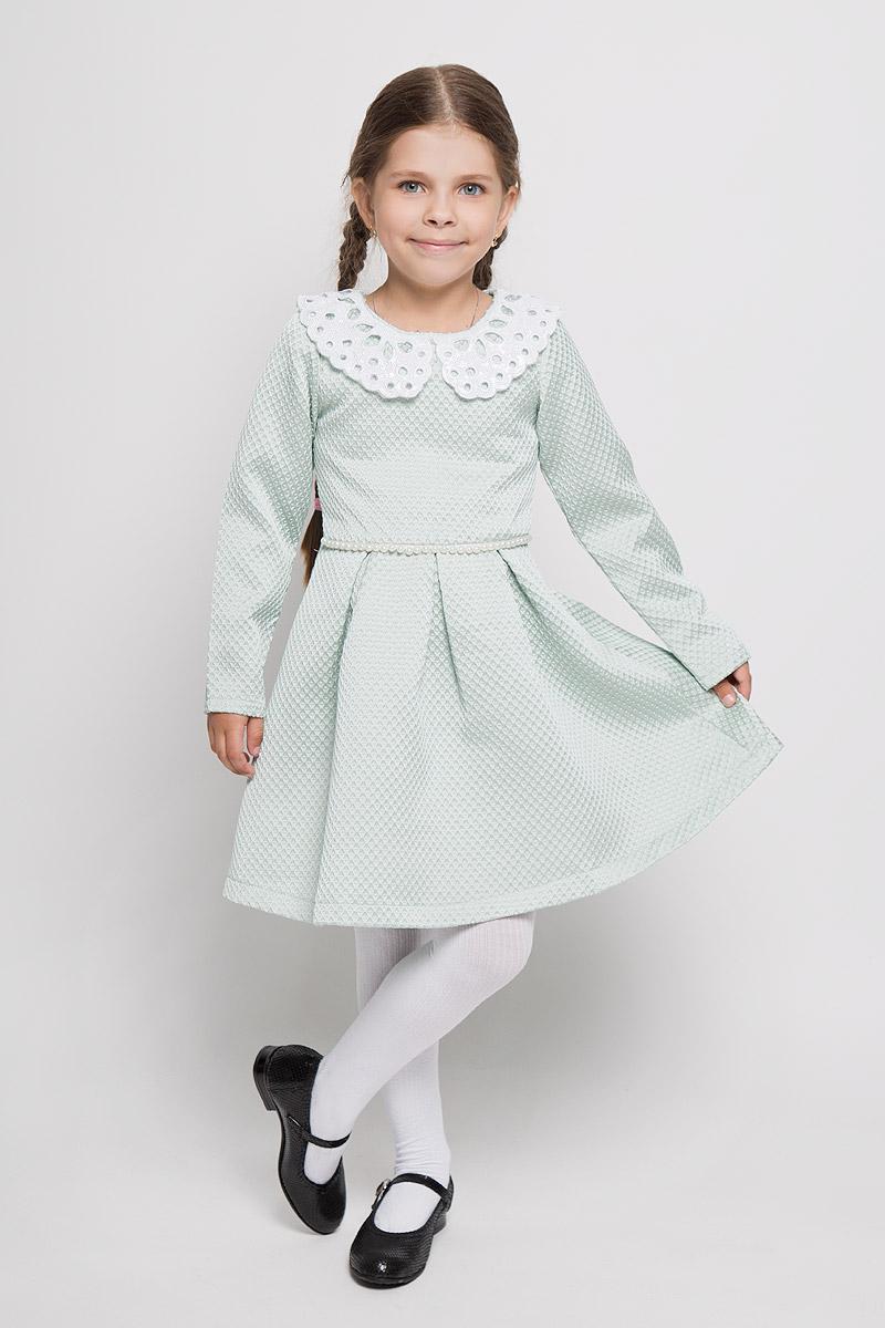 ND6411-28Очаровательное платье для девочки Nota Bene станет отличным дополнением к гардеробу вашей маленькой модницы. Изготовленное из полиэстера с оригинальной фактурой, оно легкое и воздушное, приятное на ощупь, не сковывает движения и хорошо вентилируется. В качестве подкладки используется натуральный хлопок. Платье с круглым вырезом горловины и длинными рукавами застёгивается сбоку на потайную застежку-молнию и на спинке на пуговицы. Вырез горловины дополнен отложным воротником, который украшен вырезами и расшит пайетками по всей поверхности. От линии талии заложены складочки, придающие изделию пышность. Подъюбник снизу дополнен жесткой микросеткой. Линия талии спереди подчеркнута цепочкой из бусин. В таком платье ваша маленькая принцесса всегда будет в центре внимания!