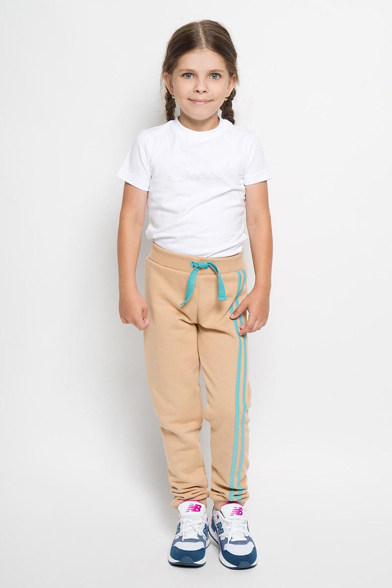 Брюки спортивные для девочки. 15-40315-403Спортивные брюки для девочки Ёмаё идеально подойдут вашей маленькой моднице для отдыха, прогулок и занятий спортом. Изготовленные из натурального хлопка, они мягкие и приятные на ощупь, не сковывают движения и хорошо пропускают воздух, не раздражают нежную кожу ребенка. Лицевая сторона изделия гладкая, а изнаночная - с небольшими петельками. Модель имеет на поясе широкую эластичную резинку, благодаря чему брюки не сдавливают животик ребенка. Низ брючин дополнен трикотажными манжетами. Брюки оформлены контрастными лампасами. Сзади изделие украшено принтом с изображением кармана. Современный дизайн и расцветка делают эти брюки ярким и стильным предметом детского гардероба. В них ваш ребенок всегда будет в центре внимания!
