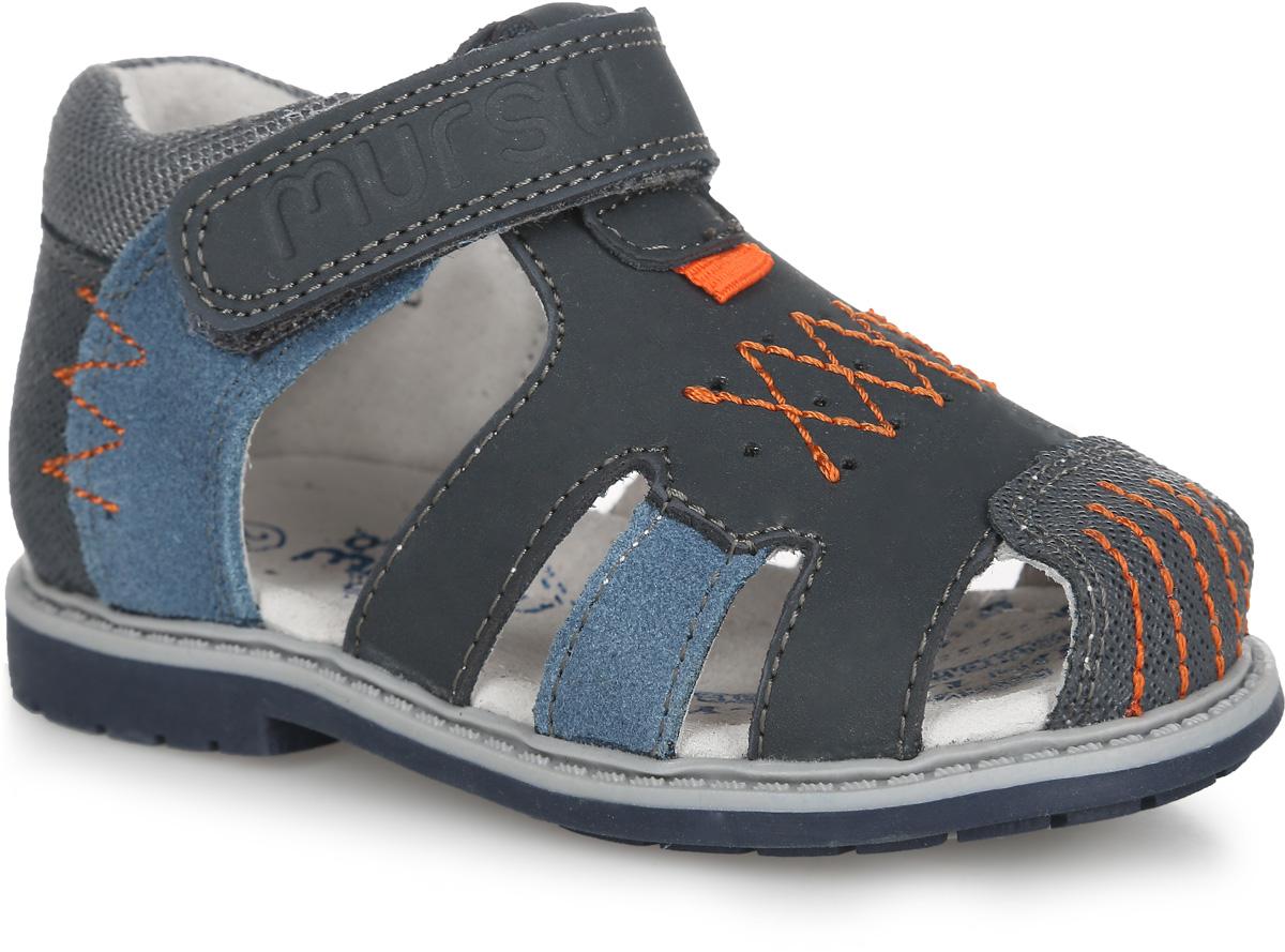 Сандалии для мальчика. 100443100443Модные сандалии от Mursu придутся по душе вашему мальчику. Модель, изготовленная из натуральной кожи, дополнена вставкой из текстиля и оформлена на мысе, на подъеме и по бокам - декоративными контрастными прострочками, на подъеме - перфорацией. Ремешок с застежкой- липучкой, оформленный фирменным тиснением, обеспечивает надежную фиксацию модели на ноге. Внутренняя поверхность и стелька из натуральной кожи комфортны при движении. Стелька дополнена супинатором, который обеспечивает правильное положение стопы ребенка при ходьбе и предотвращает плоскостопие. Подошва с рифлением обеспечивает сцепление с любой поверхностью. Стильные сандалии - незаменимая вещь в гардеробе каждого мальчика!
