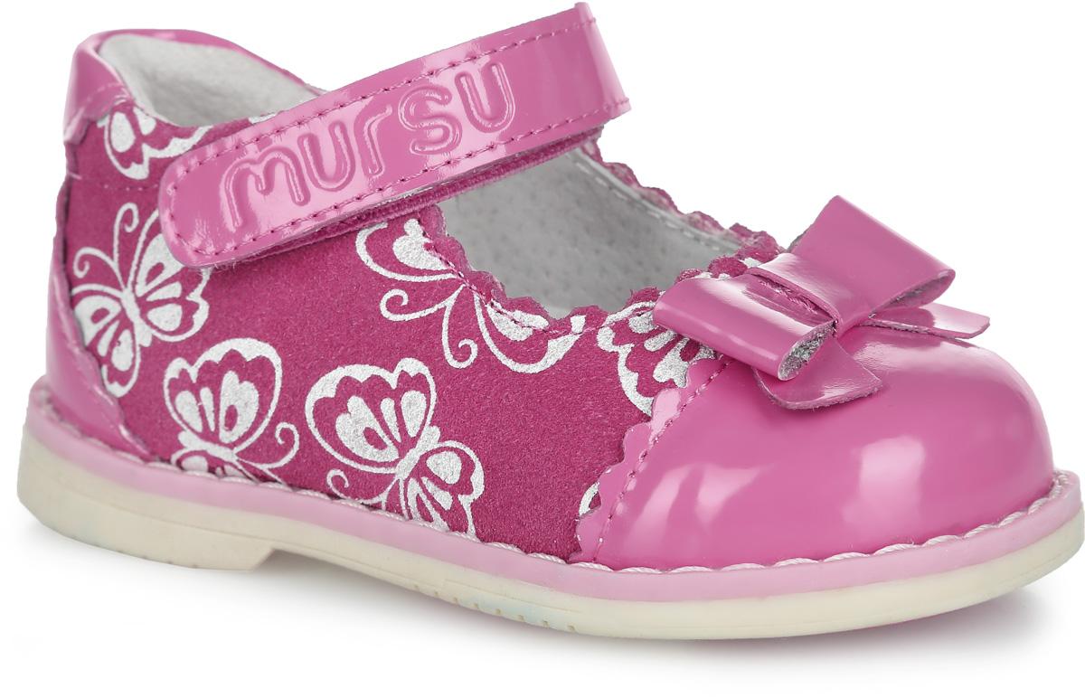 Туфли для девочки. 100426100426Прелестные туфли от Mursu придутся по душе вашей юной моднице! Модель изготовлена из натуральной кожи и дополнена вставками из натуральной лакированной кожи. Туфли оформлены принтом в виде бабочек, на мысе - декоративным бантиком, вдоль ранта - крупной прострочкой. Ремешок с застежкой-липучкой, оформленный фирменным тиснением, отвечает за надежную фиксацию модели на ноге. Внутренняя поверхность из натуральной кожи не натирает. Стелька из материала ЭВА с поверхностью из натуральной кожи дополнена супинатором, который обеспечивает правильное положение ноги ребенка при ходьбе, предотвращает плоскостопие. Широкий, устойчивый каблук продлен с внутренней стороны до середины стопы, чтобы исключить вращение (заваливание) стопы вовнутрь. Подошва с рифлением обеспечивает идеальное сцепление с любыми поверхностями. Стильные туфли - незаменимая вещь в гардеробе каждой девочки.