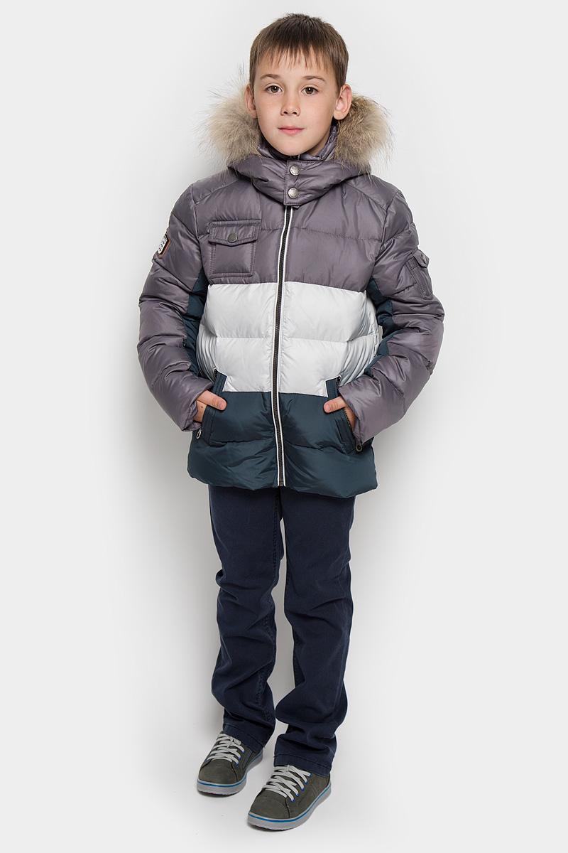 Куртка для мальчика. PUFWB-526-10115PUFWB-526-10115-812Стильная куртка для мальчика Pulka идеально подойдет для ребенка в холодное время года. Модель выполнена из полиэстера с утеплителем из пуха и пера. Куртка удачно сочетает непревзойденное тепло натурального пуха и лучшие качества синтетических материалов. Изделие легко стирается, быстро сохнет и сохраняет форму. Куртка с капюшоном застегивается на пластиковую застежку-молнию и дополнительно имеет внутреннюю ветрозащитную планку. Капюшон, декорированный опушкой из натурального меха енота, пристегивается к куртке при помощи молнии. По краю и с тыльной стороны он снабжен скрытой резинкой со стопперами. Низ рукавов дополнен скрытыми манжетами на эластичной резинке, которые мягко обхватывают запястья. Внутри куртки предусмотрена специальная эластичная резинка, защищающая от снега и ветра и дополнительно резинка со стопперами. Низ изделия также оснащен резинкой со стопперами, защищающей от проникновения холодного воздуха. Спереди расположены два ...