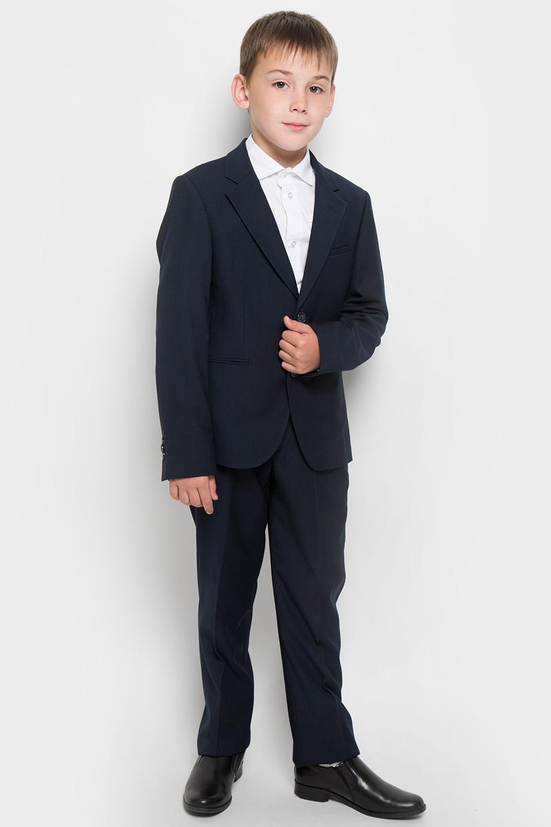Костюм63017Классический костюм для мальчика Orby, состоящий из пиджака и брюк - основа делового стиля, а значит и в школьном гардеробе ребенка - это базовый атрибут, необходимый для будней и праздников. Правильно подобранный костюм - тайное оружие каждого парня! Изготовленный из высококачественной костюмной ткани, он необычайно мягкий и приятный на ощупь, не сковывает движения и позволяет коже дышать, не раздражает даже самую нежную и чувствительную кожу ребенка, обеспечивая ему наибольший комфорт. На подкладке используется гладкая подкладочная ткань. Классический пиджак приталенного силуэта с английским воротником с зауженным лацканом застегивается на две пуговицы. Спереди он дополнен двумя прорезными карманами и небольшим нагрудным кармашком, а сзади имеется шлица. Также имеется внутренний кармашек для мобильного телефона, ключей или других мелких предметов. Внутренняя обработка пиджака, сделанная по самым высоким стандартам мужской моды, придает костюму солидность. Низ рукавов...