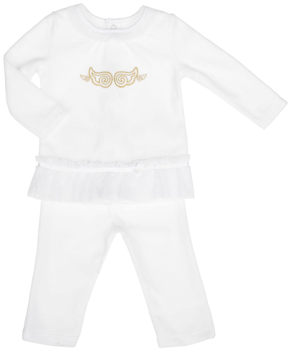 KC457-1Комплект для девочки БЕМБІ - это замечательный подарок, который прекрасно подойдет для вашей малышки. Комплект состоит из кофточки и штанишек. Изготовленный из натурального хлопка, он необычайно мягкий и приятный на ощупь, не сковывает движения малышки и позволяет коже дышать, не раздражает даже самую нежную и чувствительную кожу ребенка, обеспечивая ему наибольший комфорт. Кофточка с круглым вырезом горловины и длинными рукавами сзади застегивается на кнопки. Модель по горловине и низу оформлена оборками из сетчатого, мягкого материала. Изделие оформлено вышитыми крылышками на груди. Штанишки по поясу дополнены эластичной резинкой, благодаря которой они не сползают, обеспечивая ему наибольший комфорт, идеально подходят для ношения с подгузником и без него. В таком комплекте ваша малышка будет чувствовать себя комфортно, уютно и всегда будет в центре внимания!