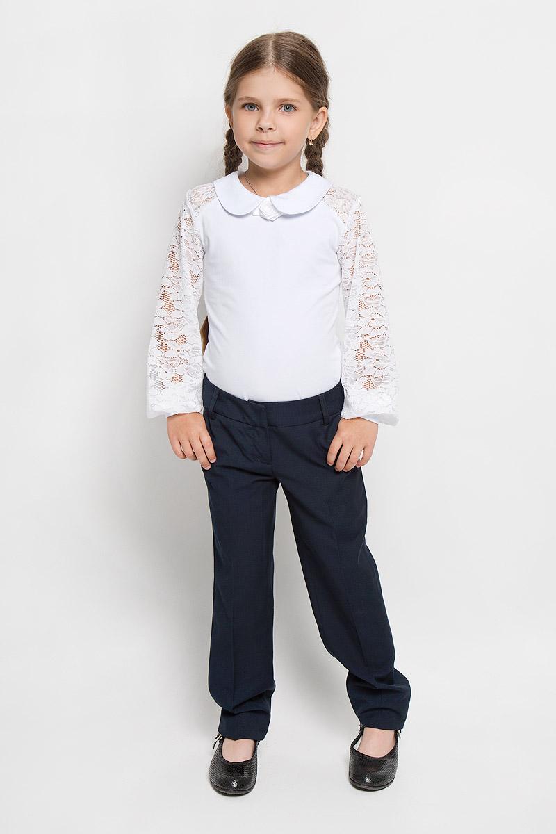 Брюки для девочки. SS-B-G-1105SS-B-G-1105_003Классические брюки для девочки Silver Spoon - основа повседневного школьного гардероба. Изготовленные из высококачественного материала с добавлением вискозы, они необычайно мягкие и приятные на ощупь, не сковывают движения и позволяют коже дышать, не раздражают даже самую нежную и чувствительную кожу ребенка, обеспечивая ему наибольший комфорт. На подкладке используется гладкая подкладочная ткань. Брюки прямого покроя со стрелками на талии застегиваются на брючные крючки и имеют ширинку на застежке-молнии, также имеются шлевки для ремня. С внутренней стороны пояс регулируется резинкой на пуговицах, создающей комфортную посадку изделия по фигуре. Спереди брюки дополнены двумя боковыми втачными карманами со скошенными краями, сзади - имитацией прорезных кармашков. Являясь важным атрибутом школьной моды, классические брюки подчеркнут деловой имидж ученицы.