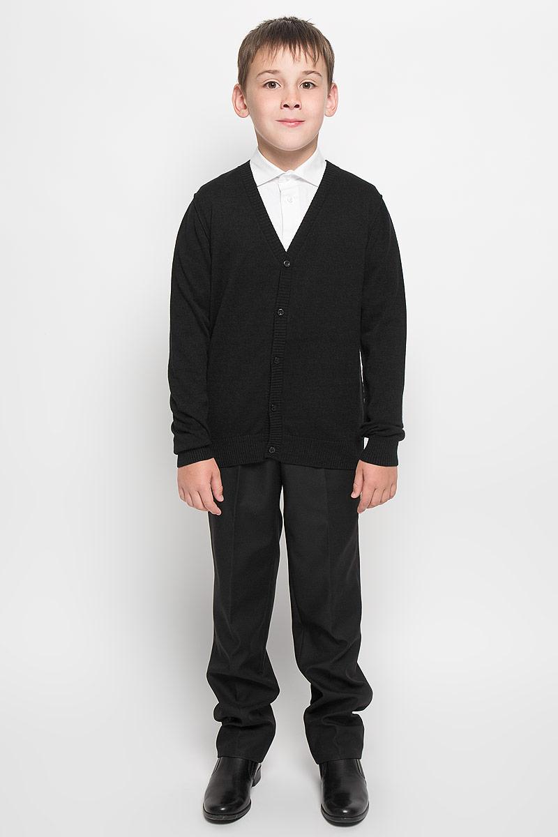 64204_OLB, вар.1Стильный трикотажный кардиган для мальчика Orby School идеально подойдет для школы и повседневной носки. Изготовленный из натурального хлопка, он необычайно мягкий и приятный на ощупь, не сковывает движения ребенка и позволяет коже дышать. Классический кардиган с длинными рукавами и V-образным вырезом горловины застегивается на пуговицы. Низ модели, вырез горловины, планка и манжеты отделаны широкой резинкой. Оригинальный современный дизайн и модная расцветка делают этот кардиган модным и стильным предметом детского гардероба. Трикотажный кардиган прямого кроя - хорошая альтернатива школьному пиджаку. Являясь важным атрибутом школьной моды, он обеспечивает тепло и комфорт.