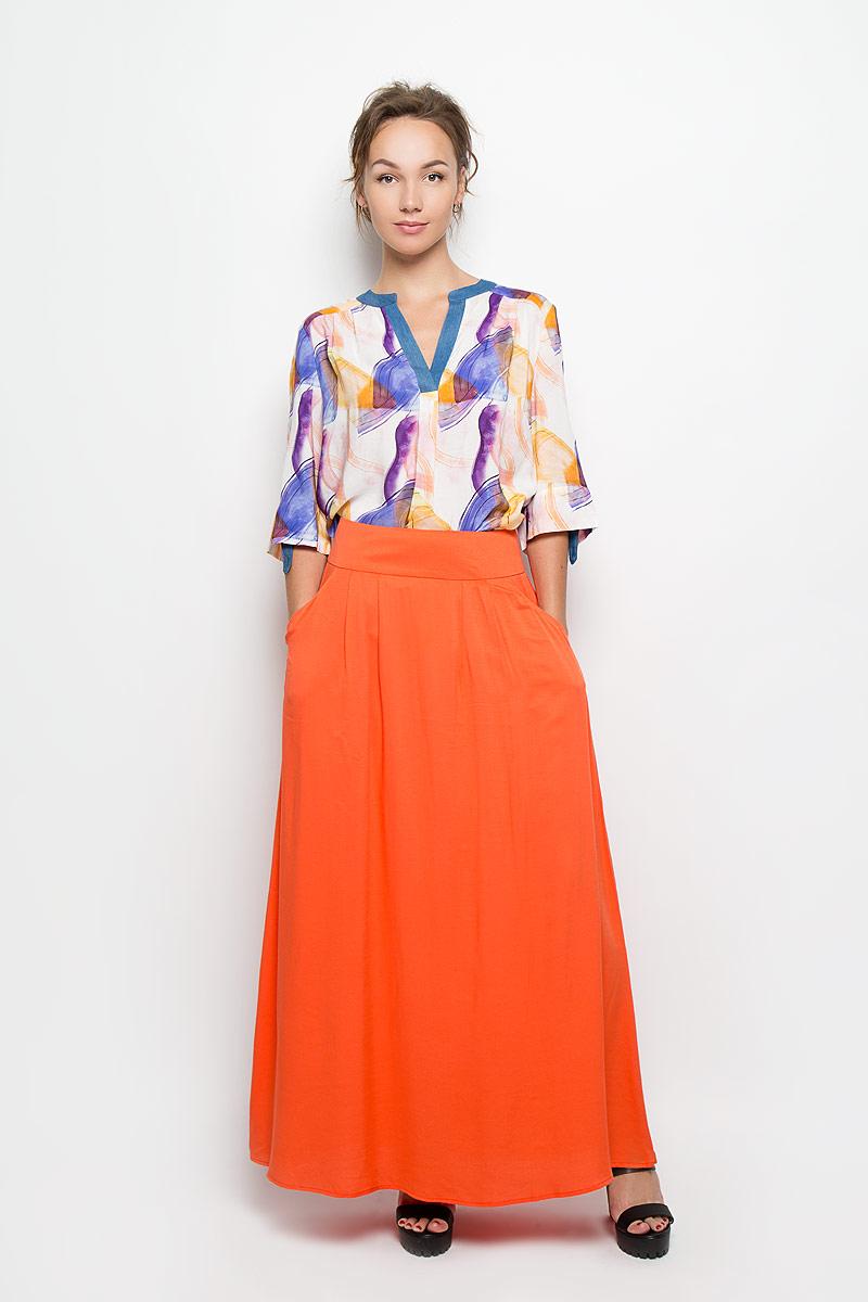 Блузка женская. B1398-0873B1398-0873Стильная женская блуза Yarmina, выполненная из 100% вискозы, подчеркнет ваш уникальный стиль и поможет создать оригинальный женственный образ. Блузка свободного кроя с удлиненной спинкой, рукавами до локтя с хлястиками на пуговицах и V-образным вырезом горловины украшена оригинальным красочным принтом. Такая блузка идеально подойдет для жарких летних дней. Эта блузка будет дарить вам комфорт в течение всего дня и послужит замечательным дополнением к вашему гардеробу.