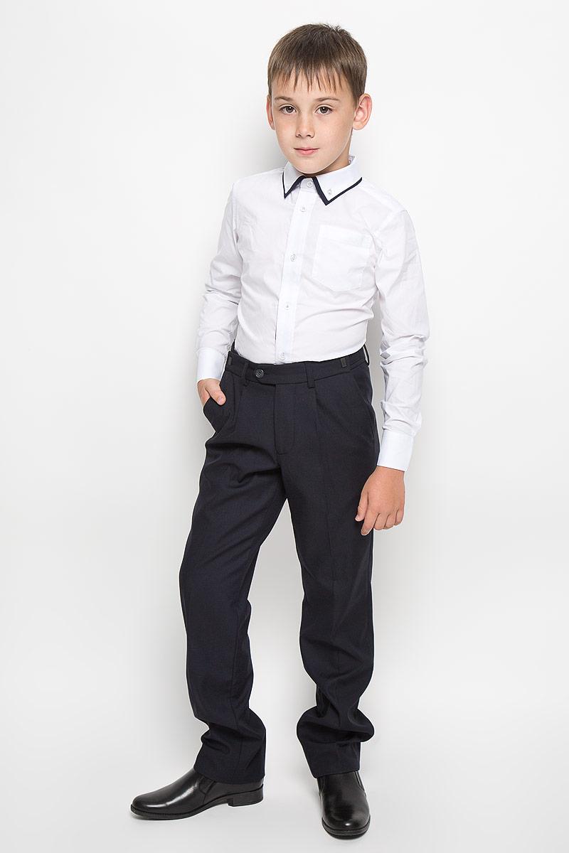 64190_OLB_вариант 1Рубашка для мальчика Orby School, выполненная из хлопка с добавлением полиэстера, станет модным дополнением к детскому гардеробу. Она отлично сочетается как с джинсами, так и с классическими брюками. Материал изделия мягкий и приятный на ощупь, не сковывает движения и обладает высокими дышащими свойствами. Приталенная рубашка с длинными рукавами и двойным отложным воротником застегивается спереди на пуговицы по всей длине. Манжеты рукавов также имеют застежки-пуговицы. На груди расположен накладной карман. Украшена модель вышитым логотипом бренда. Стильный дизайн и высокое качество исполнения принесут удовольствие от покупки и подарят отличное настроение!