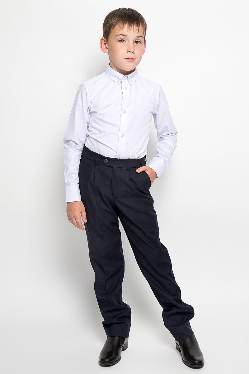 Брюки для мальчика School. 6322963229Классические брюки для мальчика Orby School - основа повседневного школьного гардероба. Изготовленные из высококачественного материала - полиэстера с добавлением вискозы, они необычайно мягкие и приятные на ощупь, не сковывают движения и позволяют коже дышать, не раздражают даже самую нежную и чувствительную кожу ребенка, обеспечивая ему наибольший комфорт. С изнаночной стороны брюки утеплены мягким флисом, что обеспечивает комфорт в прохладное время года. Брюки прямого покроя с заутюженными стрелками на талии застегиваются на пластиковую пуговицу и на металлический крючок, а также имеют ширинку на застежке-молнии и шлевки для ремня. Плавающая регулировка в поясе брюк (хлястиками на зажимах) обеспечивает комфортную посадку. Спереди брюки дополнены двумя втачными карманами с косыми краями. Регулировка по длине на 6 см позволяет носить брюки не один сезон. Такие брюки подходят под различные варианты пиджаков, джемперов и водолазок.