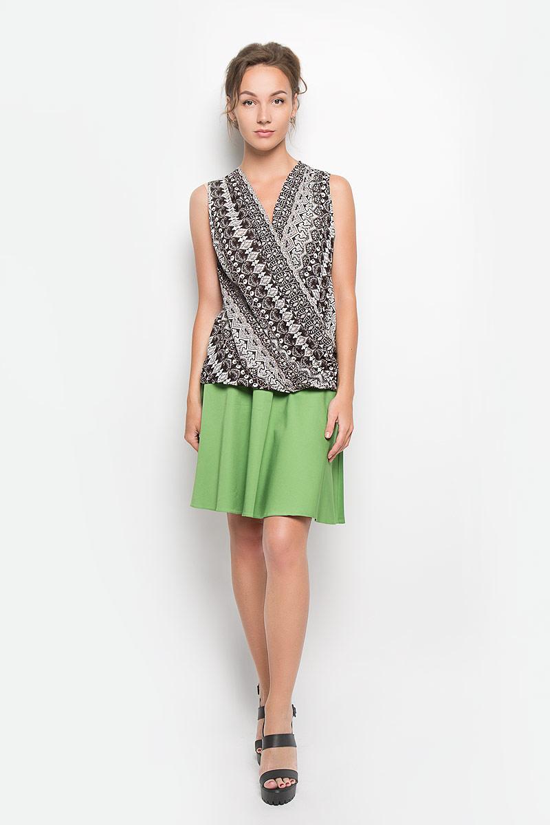 Блузка женская. B1167-0870B1167-0870Стильная женская блуза Yarmina, выполненная из 100% вискозы, подчеркнет ваш уникальный стиль и поможет создать оригинальный женственный образ. Блузка свободного кроя без рукавов имеет оригинальный запах на груди. Модель украшена контрастным цветочным орнаментом. Такая блузка идеально подойдет для жарких летних дней. Эта блузка будет дарить вам комфорт в течение всего дня и послужит замечательным дополнением к вашему гардеробу.