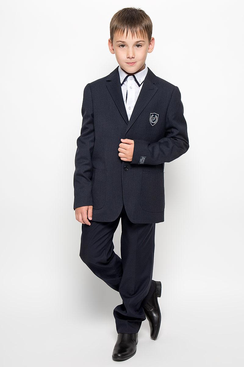 Пиджак для мальчика. SSB-52151-032SSB-52151-032Стильный пиджак для мальчика Silver Spoon станет отличным дополнением к школьному гардеробу в прохладные дни. Изготовленный из высококачественного плотного материала, он необычайно мягкий и приятный на ощупь, не сковывает движения и позволяет коже дышать, не раздражает нежную кожу ребенка, обеспечивая ему наибольший комфорт. Подкладка выполнена из гладкой подкладочной ткани. Модель прямого кроя с длинными рукавами и воротником с лацканами застегивается на две пластиковые пуговицы. Манжеты также дополнены декоративными пуговицами. Спереди пиджак дополнен двумя накладными карманами и оформлен на груди нашивкой с вышитым логотипом. На локтях изделие декорировано овальными накладками, выполненными из фактурного материала. С изнаночной стороны предусмотрено три прорезных кармана. Сзади в среднем шве расположена шлица. Изделие дополнено вшитыми подплечниками. В таком пиджаке ваш маленький мужчина будет чувствовать себя комфортно, уютно и всегда будет в центре внимания!