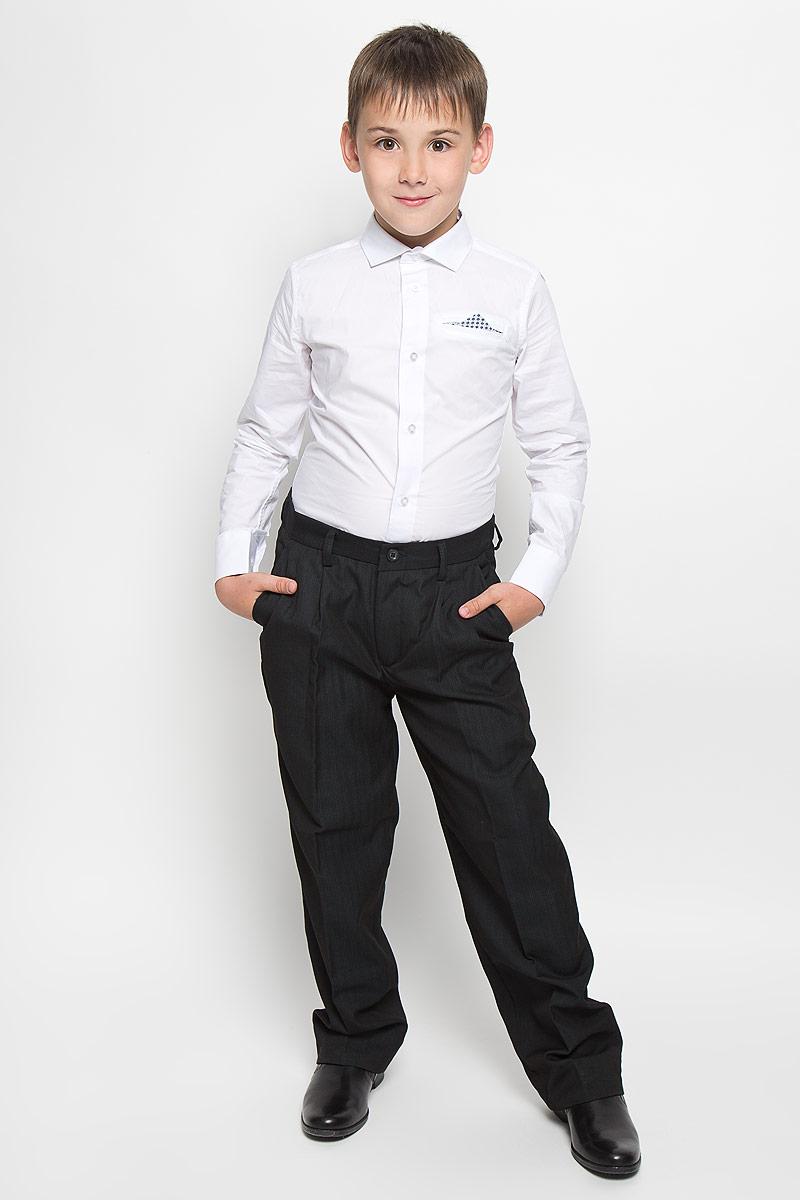 27079Классические брюки для мальчика Imperator - основа повседневного школьного гардероба. Изготовленные из высококачественного материала с добавлением вискозы, они мягкие и приятные на ощупь, не сковывают движения и позволяют коже дышать, не раздражают даже самую нежную и чувствительную кожу ребенка, обеспечивая ему наибольший комфорт. Брюки прямого покроя в узкую полоску с заутюженными стрелками на талии застегиваются на пластиковую пуговицу и скрытый брючный крючок. Также имеют ширинку на застежке-молнии и шлевки для ремня. Спереди изделие дополнено двумя втачными карманами с косыми краями. Неширокие складочки возле карманов придают оригинальность модели. Прорезиненная вставка на внутренней части пояса не позволит рубашке или водолазке вылезать. Эта универсальная модель, подходящая под различные варианты жакетов, пиджаков, джемперов и водолазок.