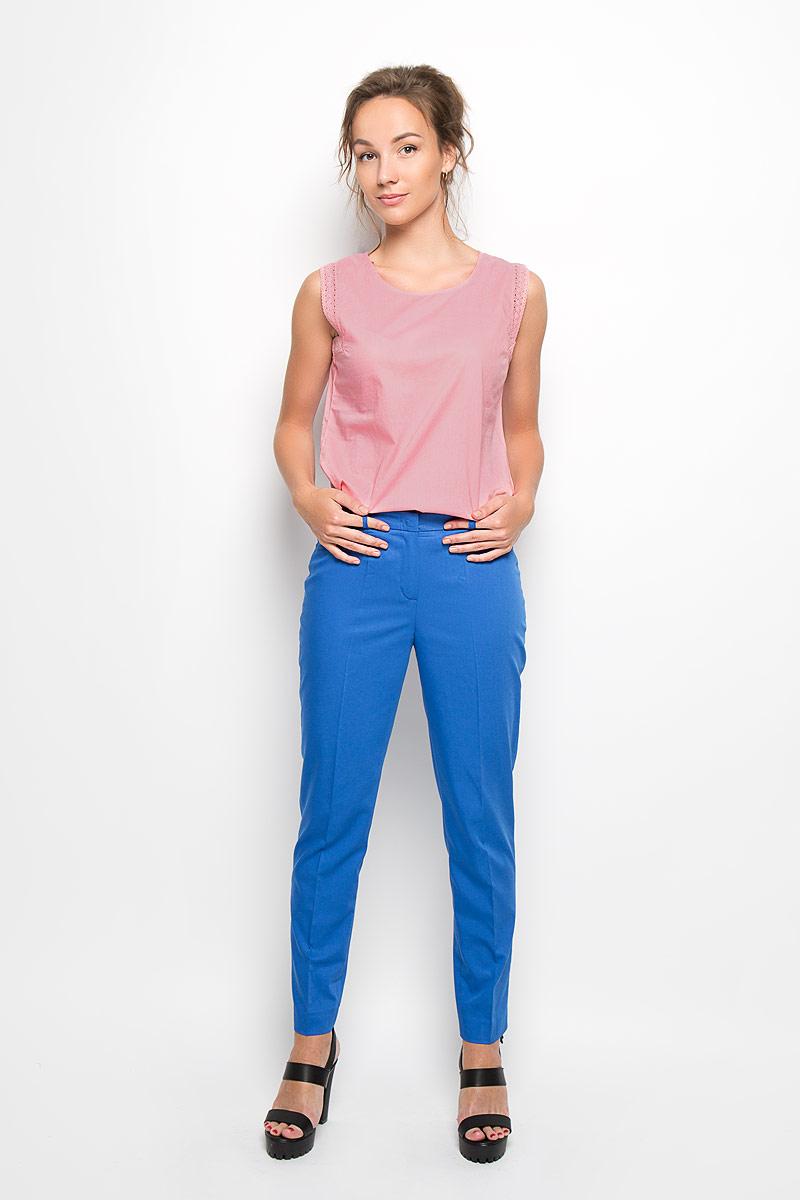 БлузкаTBW0079ROСтильная женская блуза Troll, выполненная из 100% хлопка, подчеркнет ваш уникальный стиль и поможет создать оригинальный женственный образ. Блузка без рукавов с круглым вырезом горловины застегивается на пуговицу сзади. Проймы рукавов декорированы ажурными кружевными лентами. Такая блузка идеально подойдет для жарких летних дней. Эта блузка будет дарить вам комфорт в течение всего дня и послужит замечательным дополнением к вашему гардеробу.