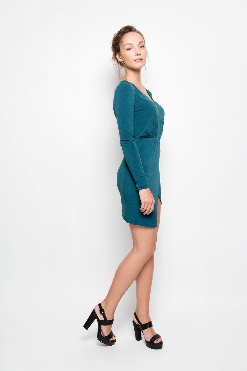Платье. CK2390CK2390 TEALЭлегантное и невероятно практичное платье Glamorous, выполненное из эластичного материала, преподносит все достоинства женской фигуры в наиболее выгодном свете. Модель с V-образным вырезом горловины и длинными рукавами по линии талии дополнена вшитой эластичной резинкой. Изделие выполнено с запахом, который образует небольшой разрез треугольной формы спереди. Благодаря свойствам используемого материала изделие практически не сминается. Это яркое платье станет отличным дополнением к вашему гардеробу!
