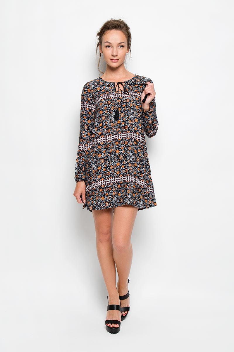 ПлатьеCK1649Романтичное платье Glamorous, выполненное из высококачественной вискозы, преподносит все достоинства женской фигуры в наиболее выгодном свете. Модель свободного кроя с круглым вырезом горловины и длинными рукавами. Края горловины изделия дополнены вшитыми шнурками с кисточками и декоративными металлическими элементами на концах. Манжеты стянуты мелкой резинкой. Легкое и приятное на ощупь платье дополнено ярким цветочным принтом. расклешенной к низу юбкой дополнено ярким цветочным принтом. Это стильное платье станет отличным дополнением к вашему гардеробу!