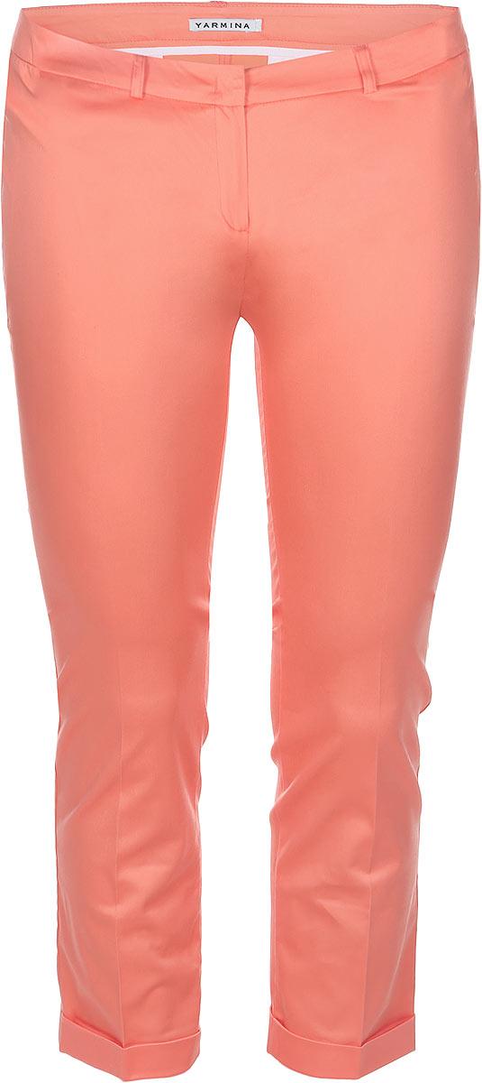 Брюки женские. 66187866618786Стильные женские укороченные брюки Yarmina, выполненные из материала высочайшего качества, отлично подойдут на каждый день. Модель стандартной посадки и слегка зауженного к низу кроя застегивается на ширинку на застежке-молнии, а также на крючок и пуговицу на поясе. Изделие спереди оформлено имитацией втачных карманов, а сзади имитацией прорезных карманов. Эти модные и в тоже время комфортные брюки послужат отличным дополнением к вашему гардеробу. В них вы всегда будете чувствовать себя уютно и уверенно.