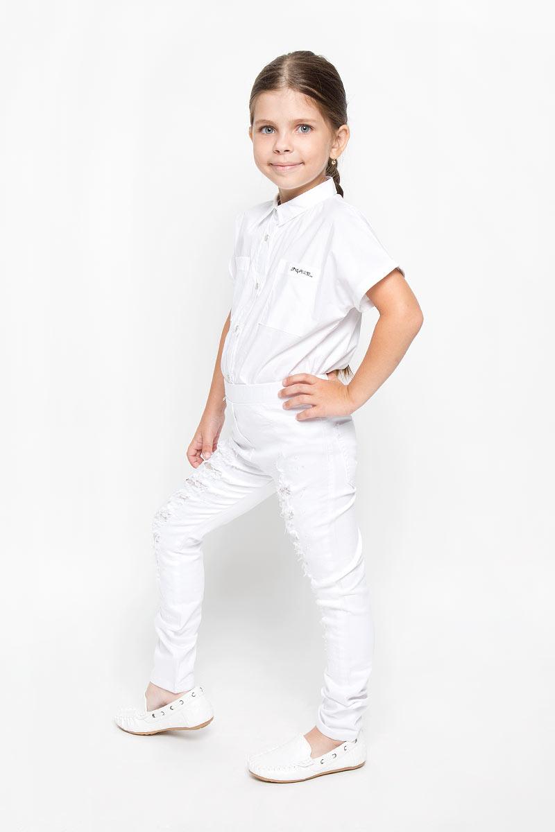 ДжинсыSS162G404-1Стильные джинсы для девочки Nota Bene идеально подойдут вашей юной моднице. Изготовленные из плотной эластичной ткани, они мягкие и тактильно приятные, не сковывают движения и хорошо пропускают воздух, обеспечивая комфорт при носке. Модель зауженного кроя застегивается спереди в поясе и имеет широкую эластичную резинку. Спереди модель оформлена имитацией ширинки и двух карманов, а сзади дополнена двумя накладными карманами. Джинсы оформлены потертостями, прорезями с вставками из нежного гипюра. Модные потертости украшены сверкающими стразами-капельками.