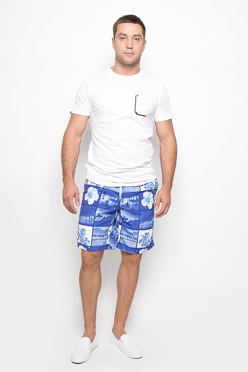 Шорты для плавания мужские. ManilleManilleМужские шорты для плавания MeZaGuZ изготовлены из 100% полиэстера. Материал изделия приятный на ощупь, имеет высокую износостойкость, быстро сохнет. Сетчатая несъемная вставка в виде трусов-слипов обеспечивает необходимую циркуляцию воздуха. Модель дополнена широкой эластичной резинкой на талии. Объем пояса регулируется при помощи шнурка-кулиски. Шорты имеют два втачных кармана спереди и один небольшой накладной карман на липучке сзади. Модель оформлена необычным летним принтом. Эти модные шорты послужат отличным дополнением к вашему гардеробу. В них вы всегда будете чувствовать себя уверенно и комфортно.