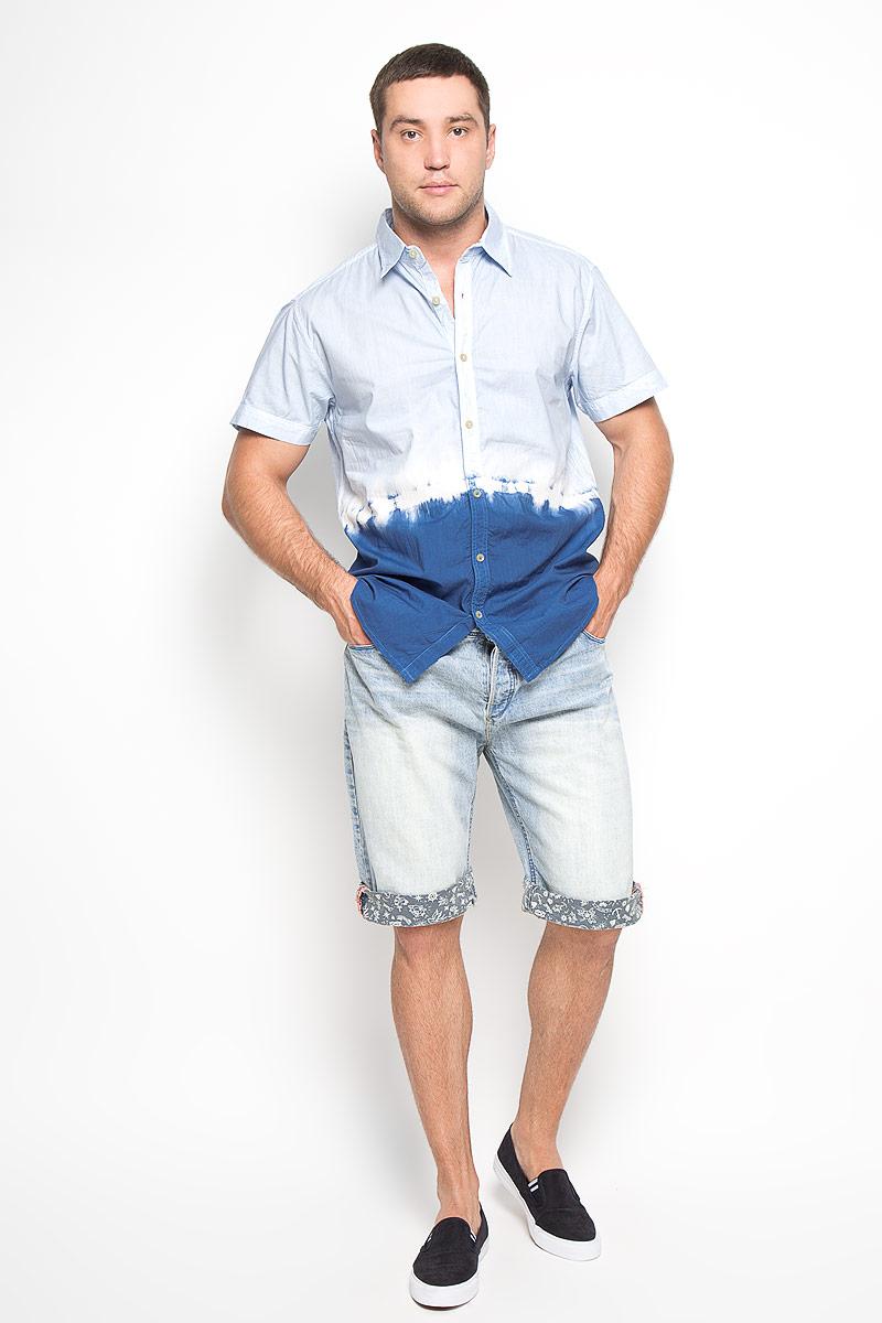 Шорты мужские. FerroFerroМужские джинсовые шорты MeZaGuZ, изготовленные из натурального хлопка, станут отличным дополнением к вашему гардеробу. Материал изделия плотный, приятный на ощупь, хорошо пропускает воздух. Шорты на поясе застегиваются на металлическую пуговицу и имеют ширинку на застежках-пуговицах, а также шлевки для ремня. Модель имеет классический пятикарманный крой: спереди - два втачных кармана и один маленький накладной, а сзади - два накладных кармана. Шорты оформлены эффектом потертости, перманентными складками, украшены контрастной прострочкой и металлическим клепками. Дизайн и расцветка делают эту модель модным предметом мужской одежды. В таких шортах вы всегда будете чувствовать себя уверенно и комфортно.