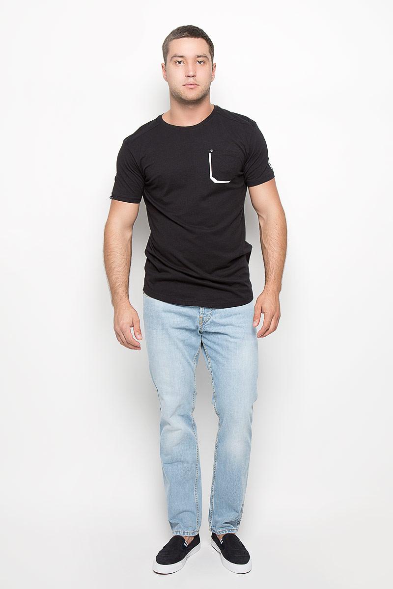 Футболка мужская. TwinckleTwinckleМужская футболка MeZaGuZ, выполненная из натурального хлопка, станет стильным дополнением к вашему гардеробу. Материал изделия мягкий и приятный на ощупь, не сковывает движения и позволяет коже дышать. Футболка с круглым вырезом горловины и короткими рукавами. На груди расположен накладной карман, декорированный металлической клепкой. Изделие украшено светоотражающими полосками контрастного цвета. Спинка модели немного удлинена. Такая модель отлично подойдет для повседневной носки и подарит вам комфорт в течение всего дня!