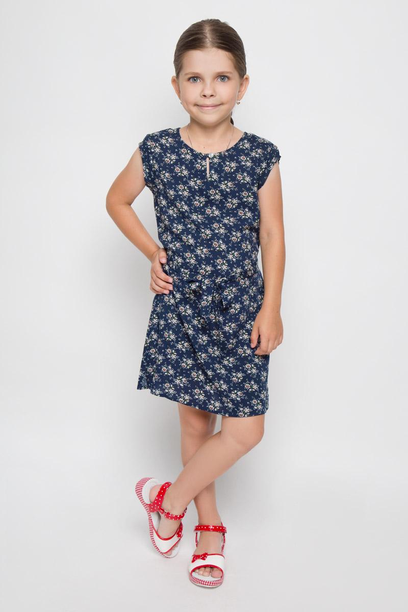 Платье для девочки. KS16-71061JKS16-71061JЛегкое платье для девочки Finn Flare Kids идеально подойдет вашей маленькой моднице. Изделие выполнено из мягкой вискозы, тактильно приятное, не стесняет движений и хорошо пропускает воздух. Платье с круглым вырезом горловины и короткими рукавами застегивается спереди на пуговицу. Линию талии подчеркивает текстильный поясок на тонких шлевках. По бокам имеются небольшие разрезы. Модель оформлена цветочным принтом, украшена небольшой фирменной подвеской. В таком платье ваша маленькая принцесса будет чувствовать себя комфортно, уютно и всегда будет в центре внимания!
