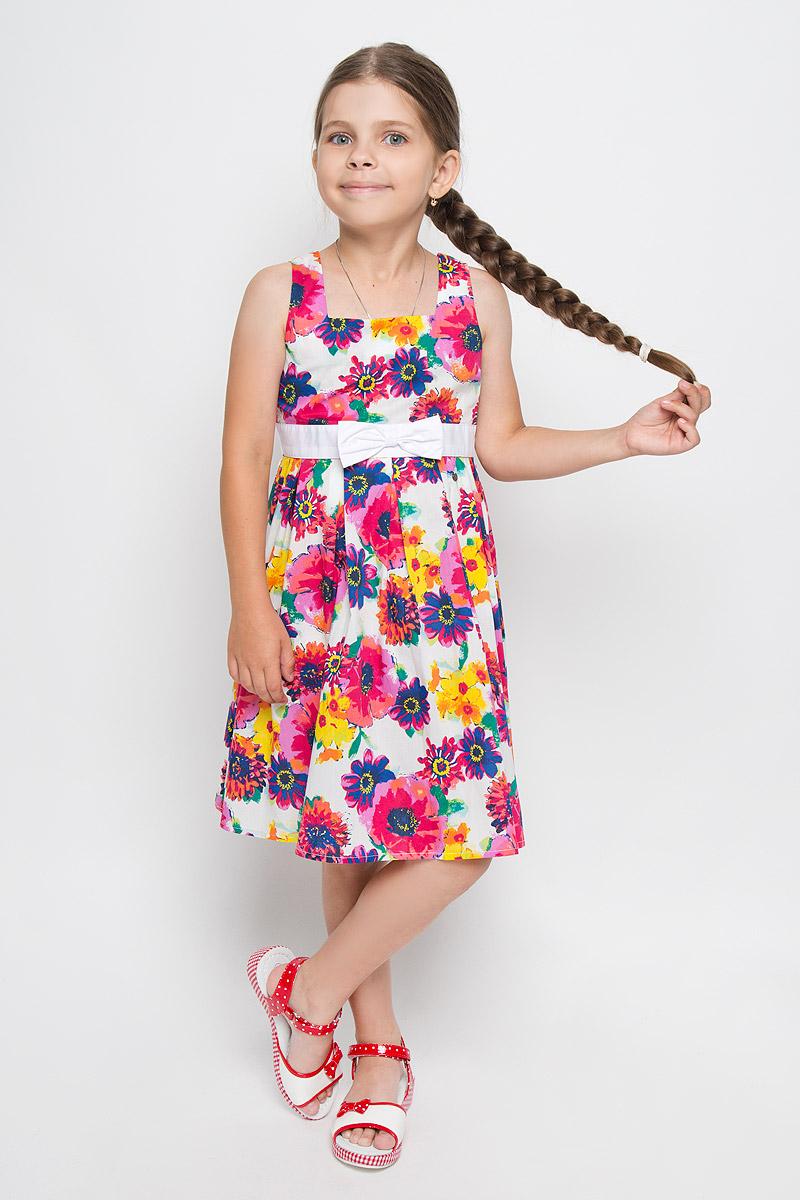 Платье для девочки. KS16-71013BKS16-71013BЛегкое и красивое платье для девочки Finn Flare Kids станет ярким дополнением к гардеробу маленькой модницы. Изготовленное из натурального хлопка, оно мягкое и приятное на ощупь, не сковывает движения и хорошо пропускает воздух. Платье с квадратным вырезом горловины застегивается по спинке на пуговицы. Вшитый пояс контрастного цвета завязывается сзади на бант. От линии талии заложены складочки, придающие изделию пышность. Модель оформлена цветочным принтом, украшена бантом и маленькой металлической пластиной с названием бренда. В таком платье маленькая принцесса всегда будет в центре внимания!
