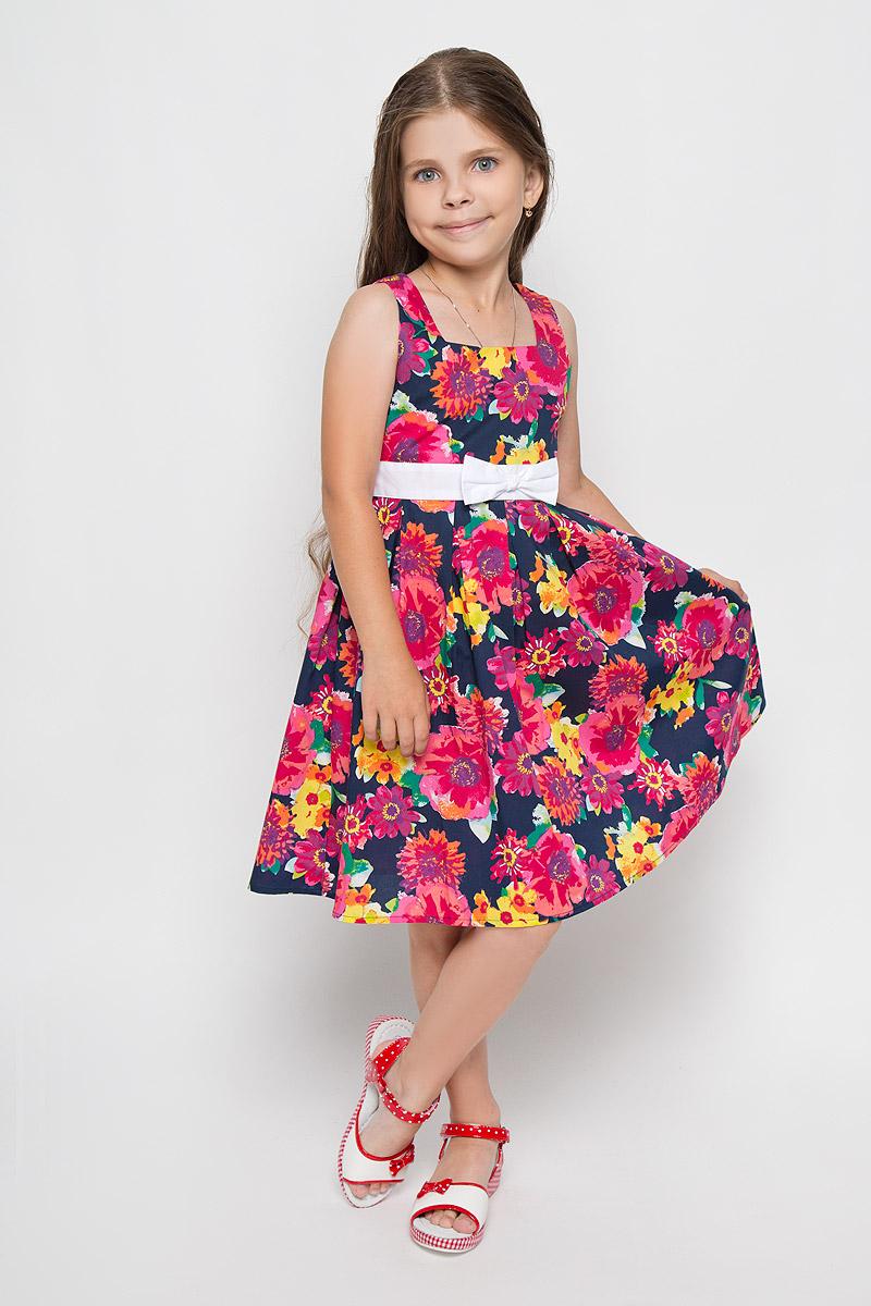 KS16-71013BЛегкое и красивое платье для девочки Finn Flare Kids станет ярким дополнением к гардеробу маленькой модницы. Изготовленное из натурального хлопка, оно мягкое и приятное на ощупь, не сковывает движения и хорошо пропускает воздух. Платье с квадратным вырезом горловины застегивается по спинке на пуговицы. Вшитый пояс контрастного цвета завязывается сзади на бант. От линии талии заложены складочки, придающие изделию пышность. Модель оформлена цветочным принтом, украшена бантом и маленькой металлической пластиной с названием бренда. В таком платье маленькая принцесса всегда будет в центре внимания!