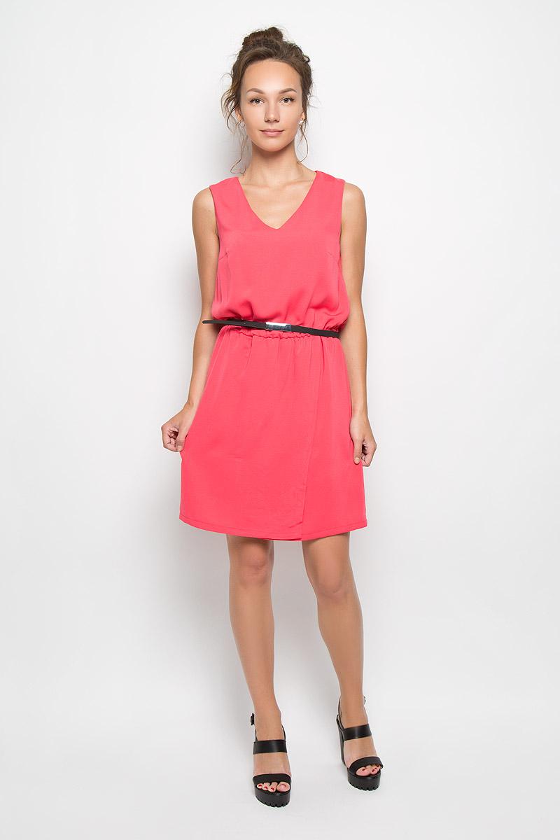 SSU1550ROЯркое платье-миди Top Secret поможет создать оригинальный женственный образ. Выполненное из полиэстера, оно очень приятное на ощупь, не сковывает движений и хорошо вентилируется. Подкладка также выполнена из полиэстера. Модель с V-образным вырезом горловины сзади застегивается на потайную застежку-молнию. По линии талии платье собрано на резинку. Юбка имеет небольшой запах. К изделию прилагается тоненький пояс. Такое платье станет модным и стильным дополнением к вашему гардеробу!