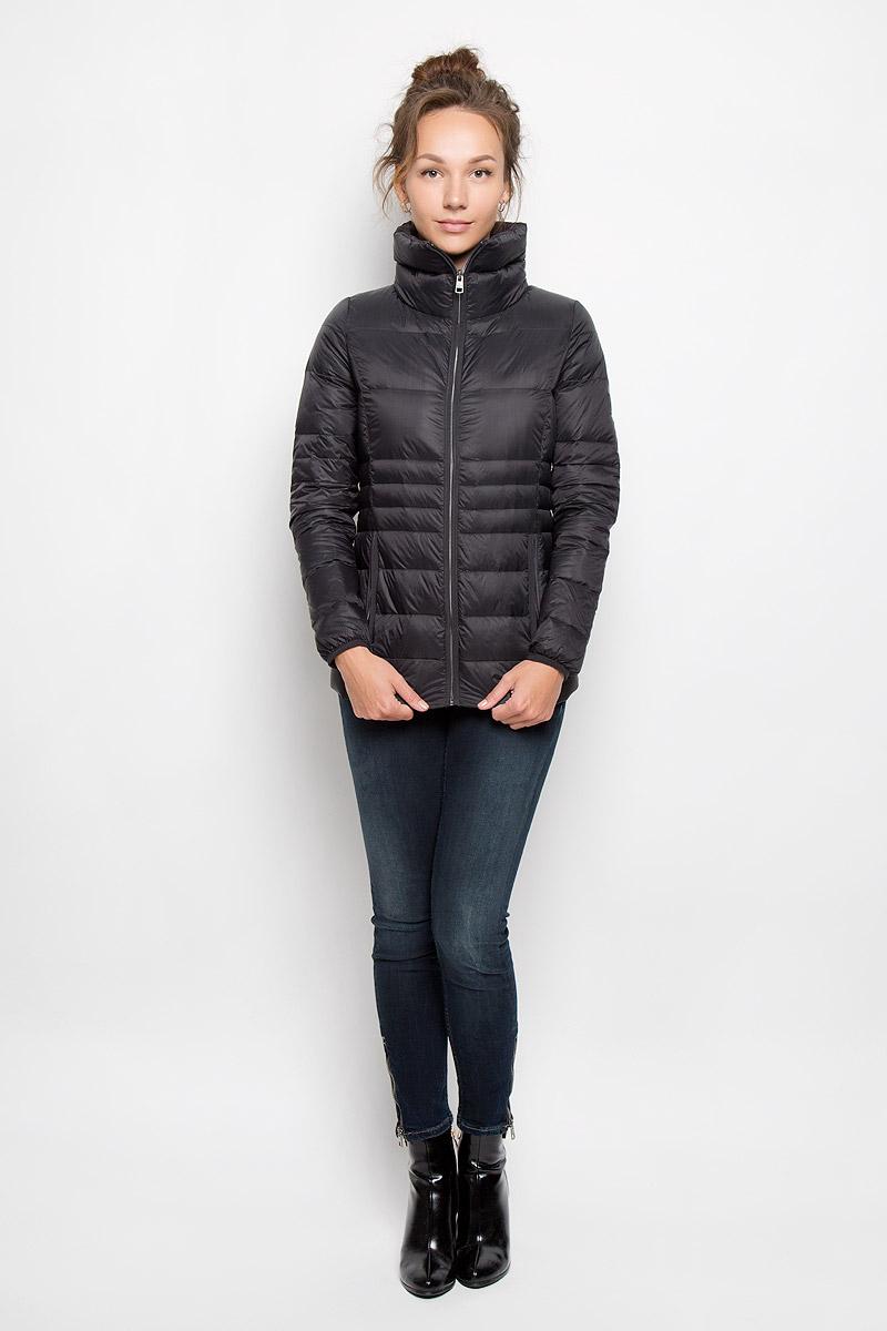 КурткаJ20J200392_9650Яркая женская куртка Calvin Klein Jeans выполнена из нейлона с наполнителем из пуха и перьев. Подкладка выполнена из полиэстера. Такая модель отлично подойдет для прохладной погоды. Куртка с воротником-стойкой и длинными рукавами застегивается на застежку-молнию. Спинка изделия немного удлинена. Модель снаружи дополнена двумя втачными карманами на молниях, а внутри одним втачным потайным карманом на застежке-молнии. Очень комфортная и стильная куртка будет прекрасным выбором для повседневной носки и подчеркнет вашу индивидуальность.