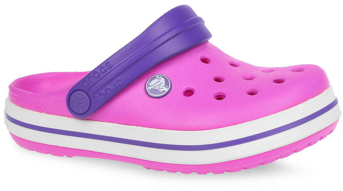 Сабо детские Crocband. 1099810998-410Модные сабо Crocband от Crocs придутся по душе вашему ребенку. Модель выполнена из полимера Croslite и по периметру подошвы оформлена полосками из резины, сбоку - фирменным логотипом, на подошве - названием бренда. Благодаря материалу Croslite обувь невероятно легкая, мягкая и удобная. Материал Croslite - бактериостатичен, препятствует появлению неприятных запахов и легок в уходе: быстро сохнет и не оставляет следов на любых поверхностях. Верх модели оформлен отверстиями, которые обеспечивают естественную вентиляцию. Отверстия можно использовать для украшения джибитсами. Под воздействием температуры тела обувь принимает форму стопы. Пяточный ремешок обеспечивает фиксацию стопы при ходьбе. Рельефная поверхность верхней части подошвы комфортна при движении. Рифленое основание подошвы гарантирует идеальное сцепление с любой поверхностью. Такие сабо - отличное решение для каждодневного использования! Уважаемые клиенты! Обращаем ваше внимание на то, что...
