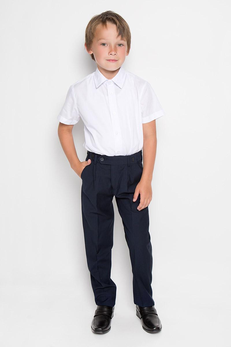 63018_OLBКлассические брюки для мальчика Orby School - основа повседневного школьного гардероба. Изготовленные из высококачественного костюмного полотна, они необычайно мягкие и приятные на ощупь, не сковывают движения и позволяют коже дышать, не раздражают даже самую нежную и чувствительную кожу ребенка, обеспечивая ему наибольший комфорт. Брюки прямого покроя с заутюженными стрелками на талии застегиваются на пластиковую пуговицу и на металлический крючок, а также имеют ширинку на застежке-молнии и шлевки для ремня. Плавающая регулировка в поясе брюк (хлястиками на зажимах) обеспечивает комфортную посадку и регулирует полноту до 4 см. Спереди брюки дополнены двумя втачными карманами с косыми краями. Эта универсальная модель, подходящая под различные варианты пиджаков, джемперов и водолазок.