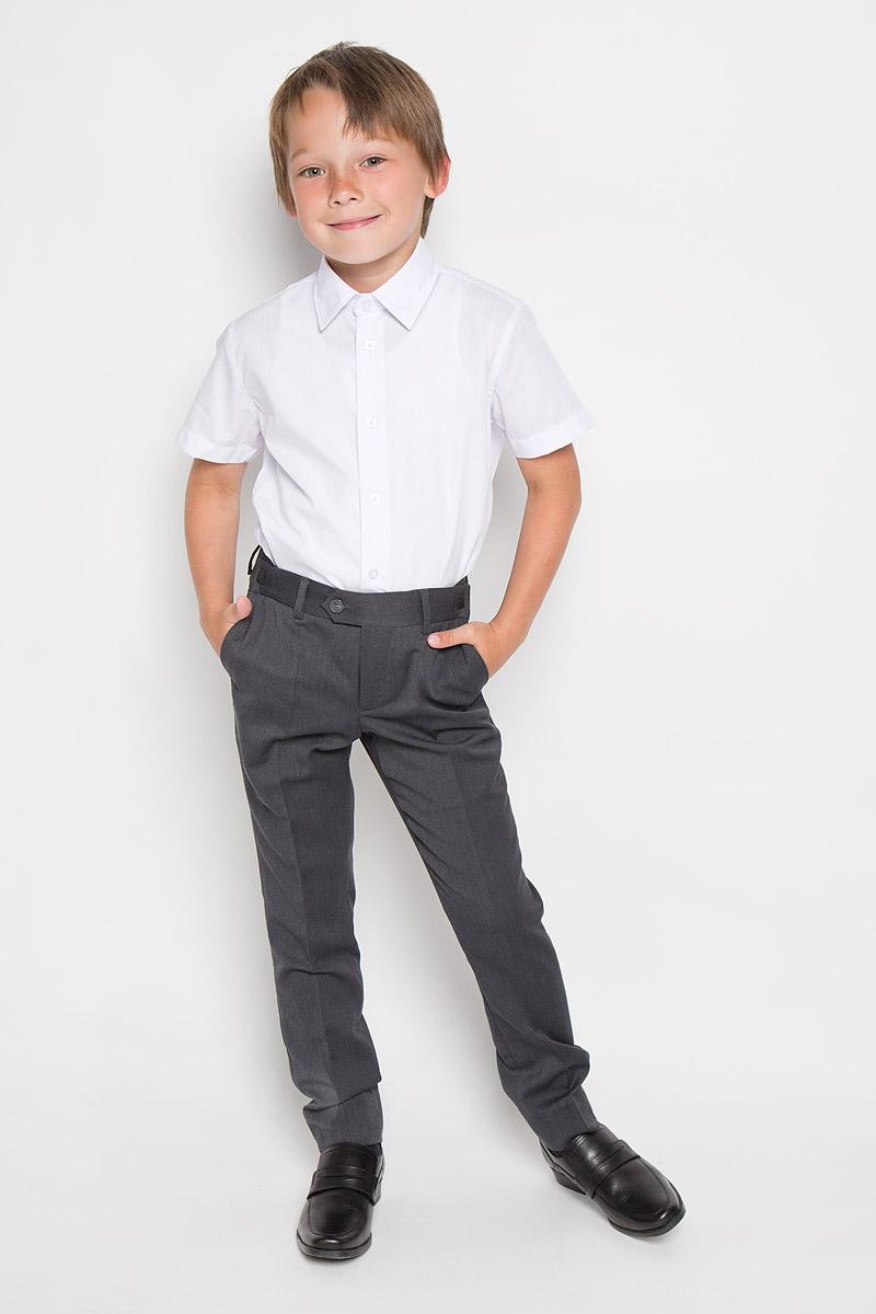 Брюки63016Классические брюки для мальчика Orby - основа повседневного школьного гардероба. Изготовленные из высококачественного материала, они необычайно мягкие и приятные на ощупь, не сковывают движения и позволяют коже дышать, не раздражают даже самую нежную и чувствительную кожу ребенка, обеспечивая ему наибольший комфорт. В качестве подкладки используется гладкая подкладочная ткань. Брюки прямого покроя с заутюженными стрелками на талии застегиваются на пластиковую пуговицу и на металлический крючок, а также имеют ширинку на застежке-молнии и шлевки для ремня. Плавающая регулировка в поясе брюк (хлястиками на зажимах) обеспечивает комфортную посадку. Спереди брюки дополнены двумя втачными карманами с косыми краями, а сзади - двумя прорезными карманами с клапанами на пуговицах. Такие брюки подходят под различные варианты пиджаков, джемперов и водолазок.