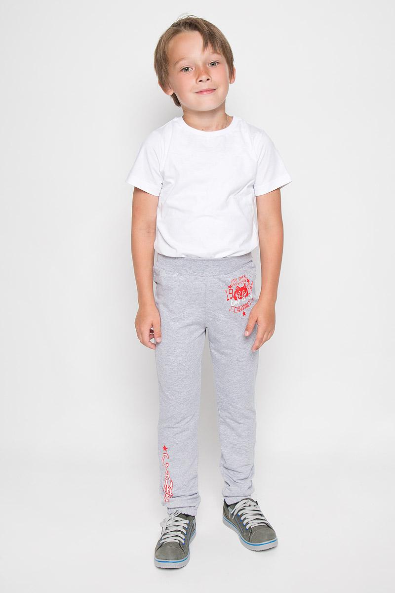 Брюки спортивные для мальчика. SSJ161B04-82SSJ161B04-82/SSJ162B04-82Спортивные брюки для мальчика M&D идеально подойдут вашему ребенку для отдыха и прогулок. Изготовленные из хлопка с добавлением лайкры, они мягкие и приятные на ощупь, не сковывают движения и хорошо пропускают воздух. Лицевая сторона изделия гладкая, изнаночная - с небольшими петельками. Брюки по талии дополнены широким трикотажным поясом на резинке. Низ брючин собран на резинку. Модель спереди оформлена оригинальной термоаппликацией, а на правой брючине небольшой термоаппликацией в виде надписи CAMP. Современный дизайн и расцветка делают эти брюки стильным предметом детского гардероба, в них ребенку будет удобно и комфортно.