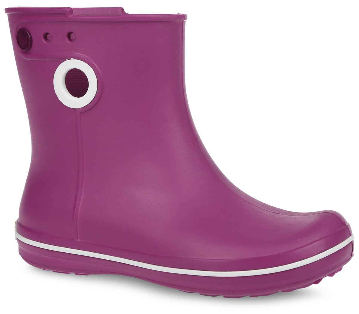 15769-410Стильные резиновые полусапоги Jaunt Shorty Boot от Crocs придутся вам по душе. Модель выполнена из полимера Croslite. Благодаря материалу Croslite обувь невероятно легкая, мягкая и удобная. Материал Croslite - бактериостатичен, препятствует появлению неприятных запахов и легок в уходе: быстро сохнет и не оставляет следов на любых поверхностях. Модель 100% водонепроницаемая, благодаря полностью литой конструкции. По периметру подошвы полусапоги оформлены контрастной полоской, по бокам - декоративными отверстиями, с одной из боковых сторон - отверстиями для украшения джибитсами. Рифленое основание подошвы гарантирует идеальное сцепление с любой поверхностью. Стильные резиновые полусапоги - незаменимая вещь в дождливую погоду.