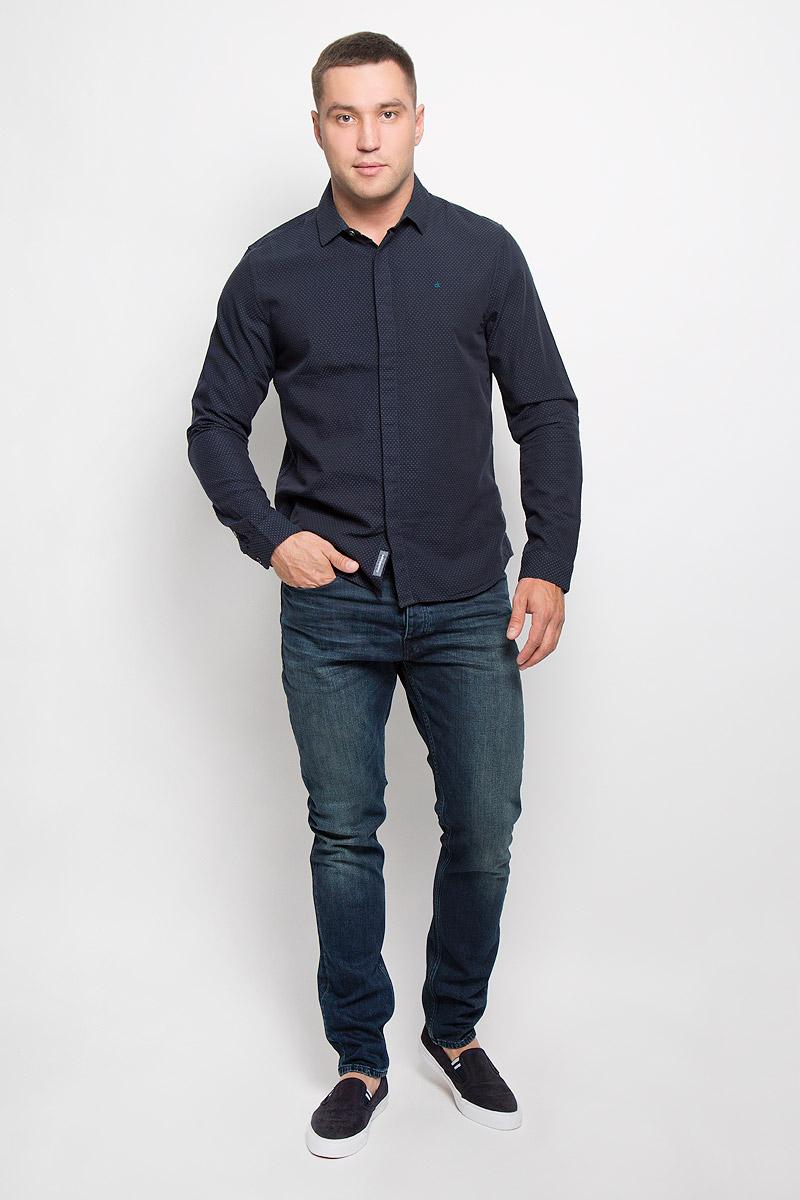 РубашкаR0216Т13Стильная мужская рубашка Calvin Klein Jeans, выполненная из натурального хлопка, подчеркнет ваш уникальный стиль и поможет создать оригинальный образ. Такой материал великолепно пропускает воздух, обеспечивая необходимую вентиляцию, а также обладает высокой гигроскопичностью. Рубашка с длинными рукавами и отложным воротником застегивается на пуговицы спереди. Манжеты рукавов также застегиваются на пуговицы. Классическая рубашка - превосходный вариант для базового мужского гардероба и отличное решение на каждый день. Такая рубашка будет дарить вам комфорт в течение всего дня и послужит замечательным дополнением к вашему гардеробу.
